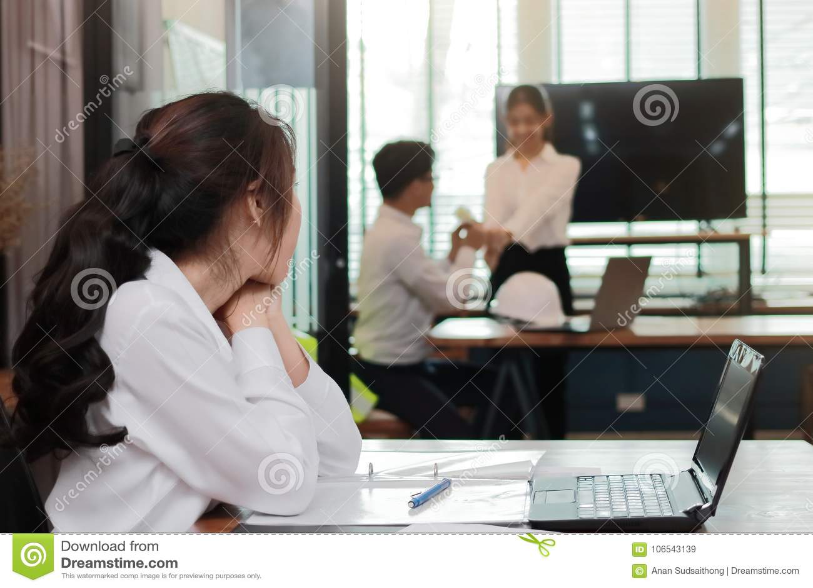 Mujer De Negocios Asiática Enojada Envidiosa Que Mira Pares ...