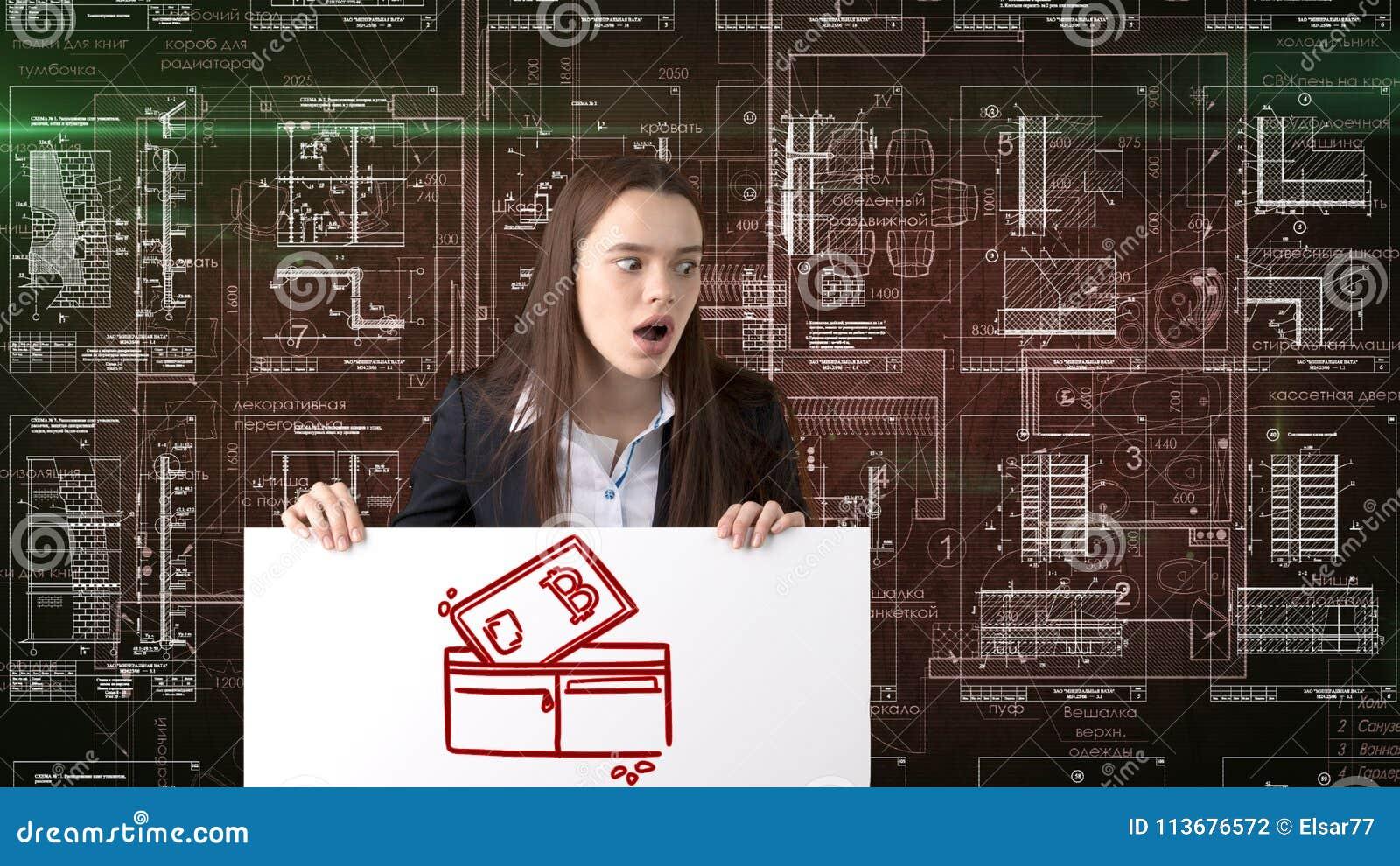 Mujer de negocios de Bauty que se coloca en traje con el logotipo de Bitcoin para ilustrar el uso del bitcoin para negociar o la
