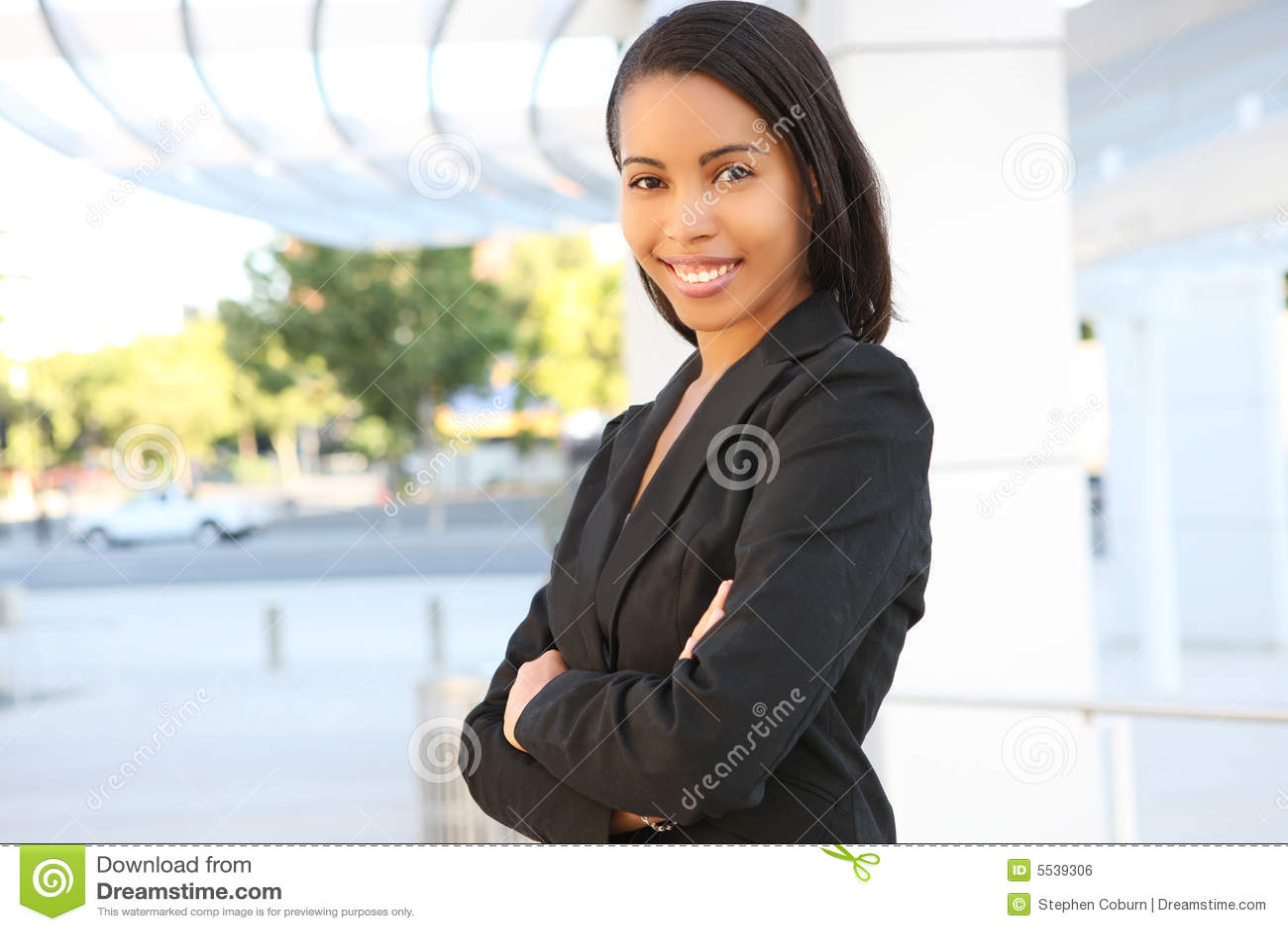 Mujer de negocios bonita del afroamericano