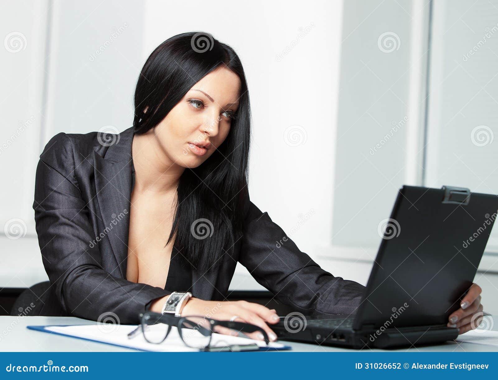 Mujer de negocios bonita joven con el cuaderno en la for Xxx porno en la oficina
