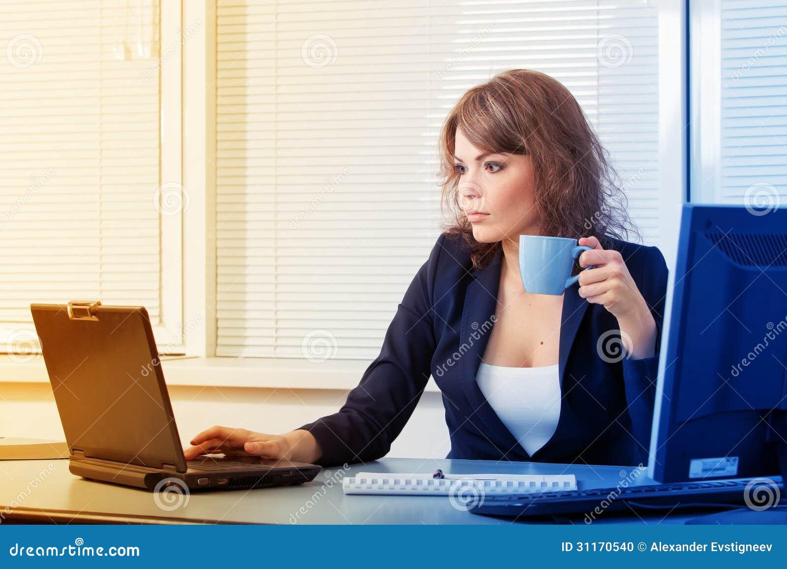 Mujer de negocios bonita joven en la oficina foto de for Xxx porno en la oficina