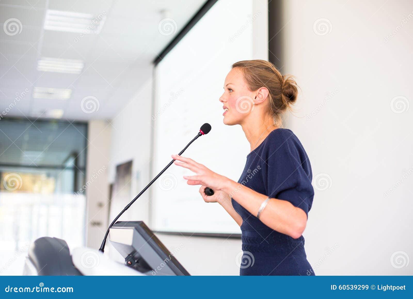 Mujer de negocios bonita, joven que da una presentación