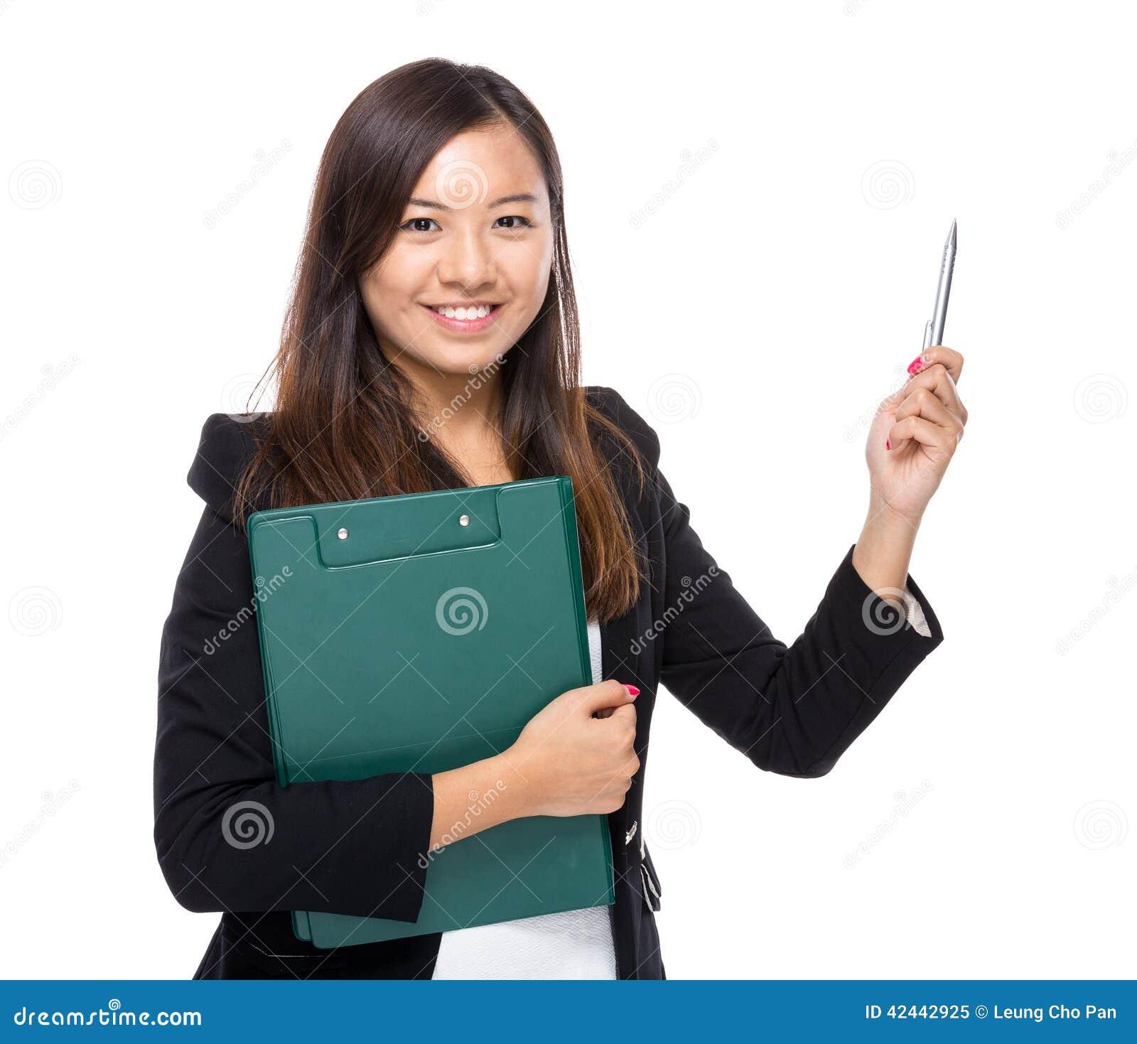 Mujer de negocios con el destacar del tablero y de pluma