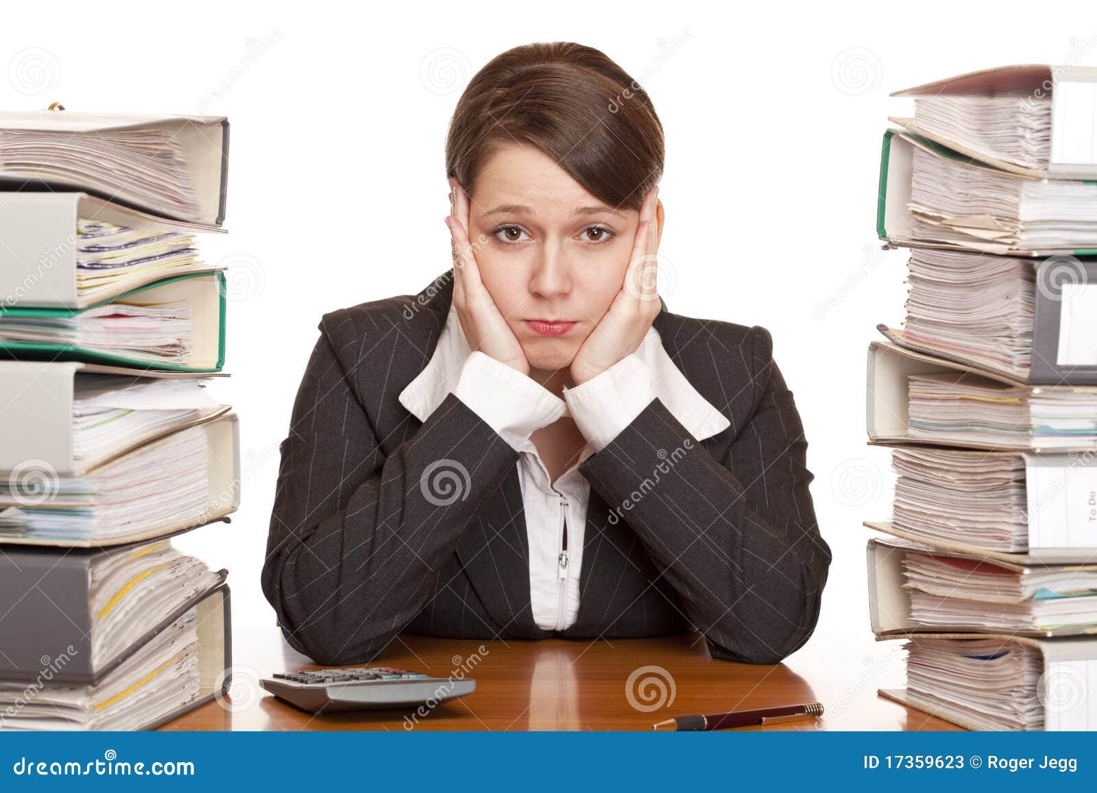 Mujer de negocios con exceso de trabajo frustrada en for Imagenes de oficina de trabajo