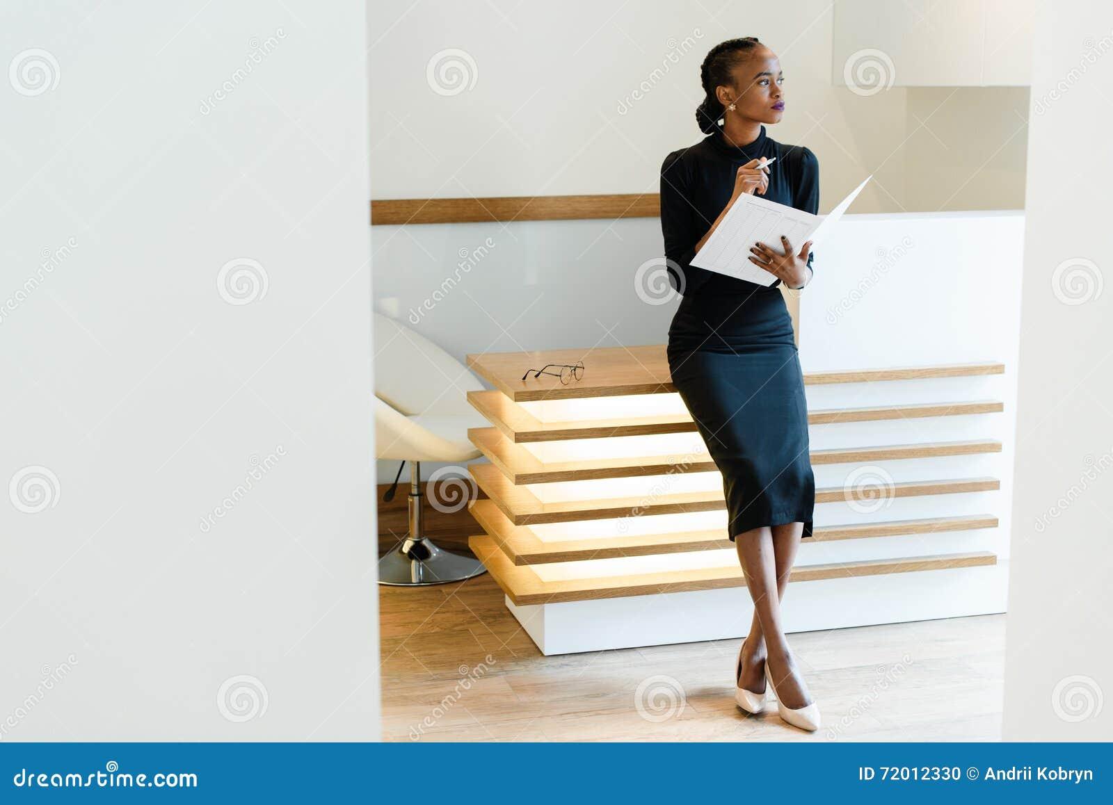 Vestido negro zapatos beige