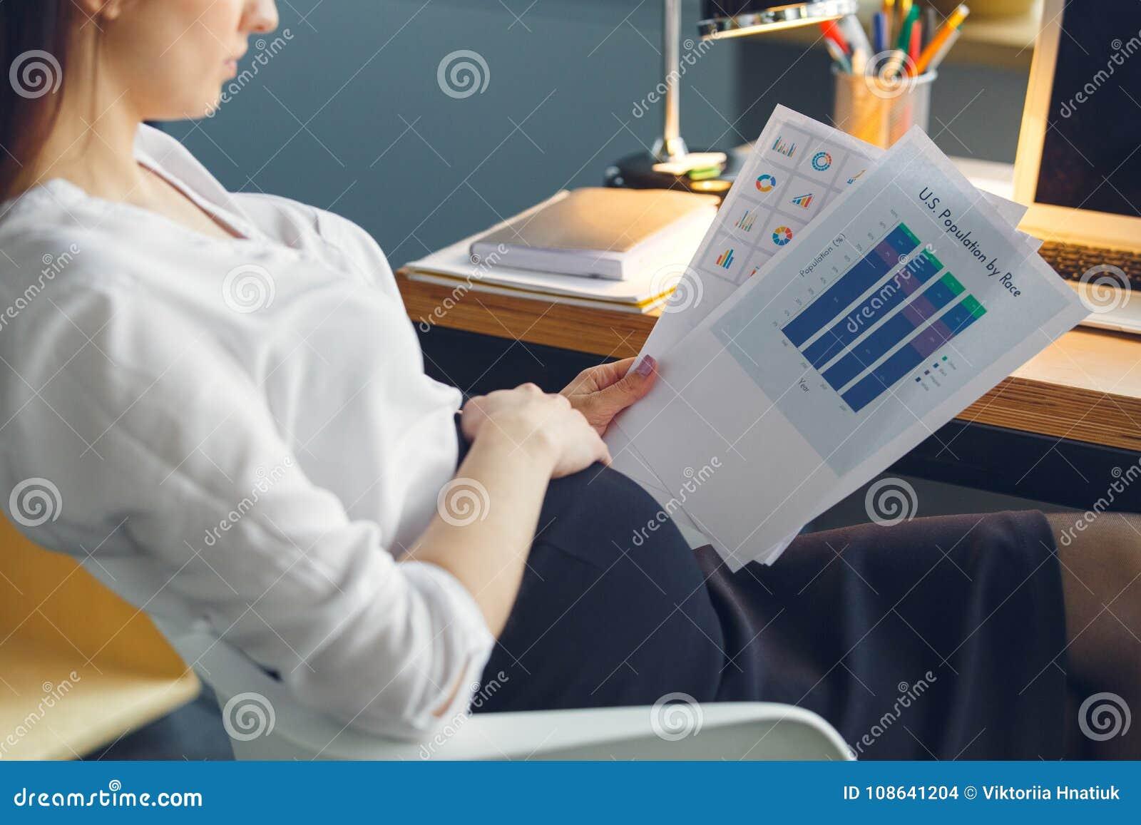 Mujer De Negocios Embarazada Que Trabaja En El Informe De La Lectura ...