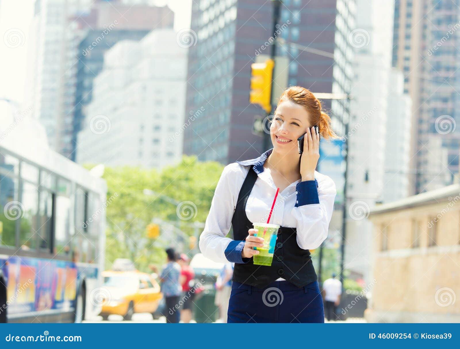 Mujer de negocios en el teléfono elegante en New York City, Manhattan