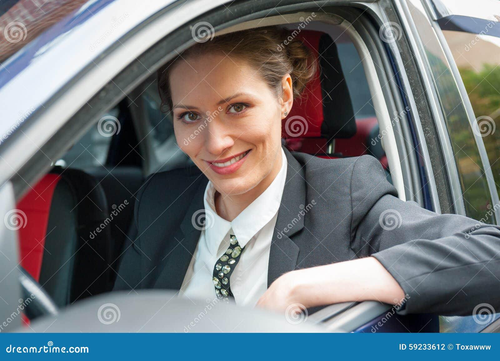 Mujer de negocios en un coche