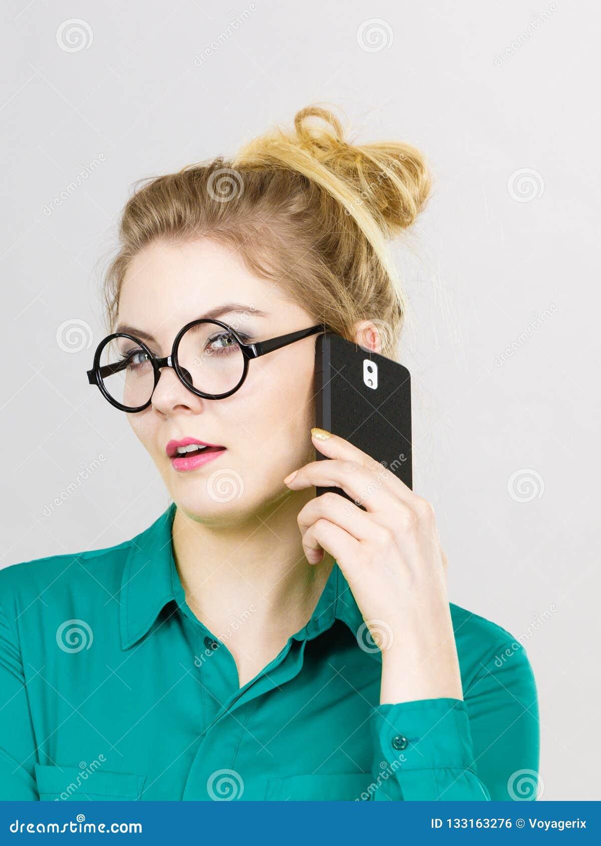Mujer de negocios enfocada que habla en el teléfono
