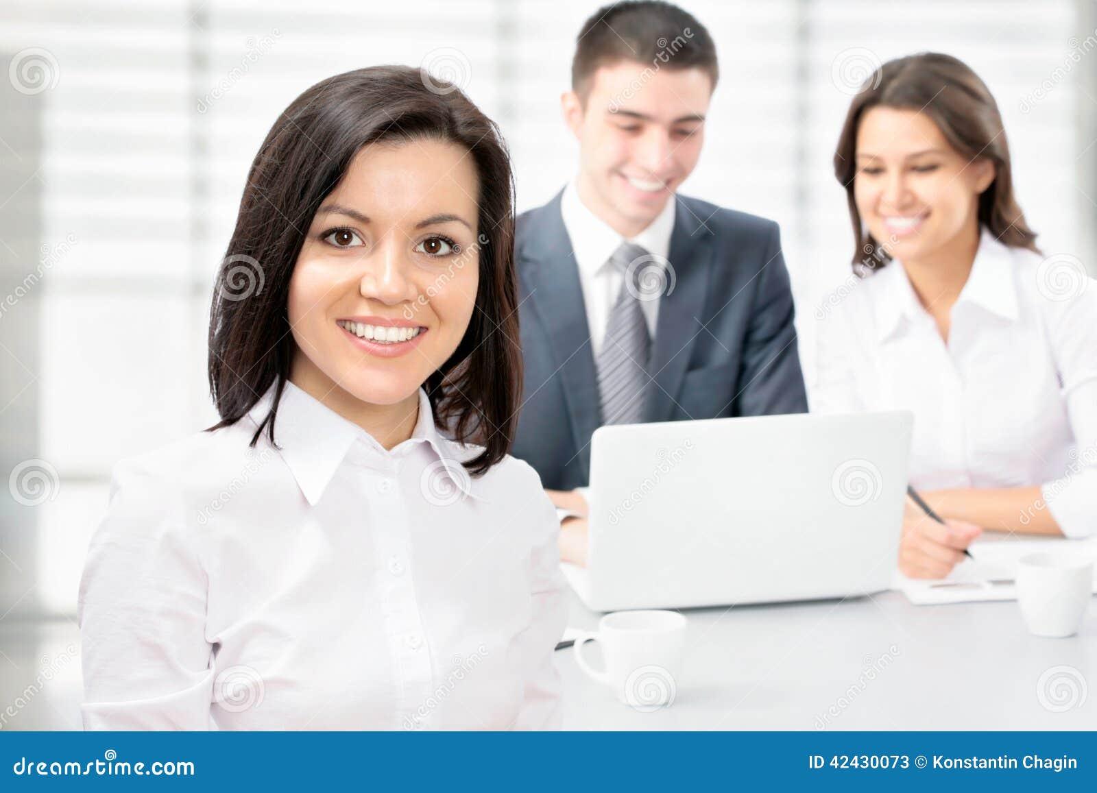 Mujer de negocios feliz con los colegas