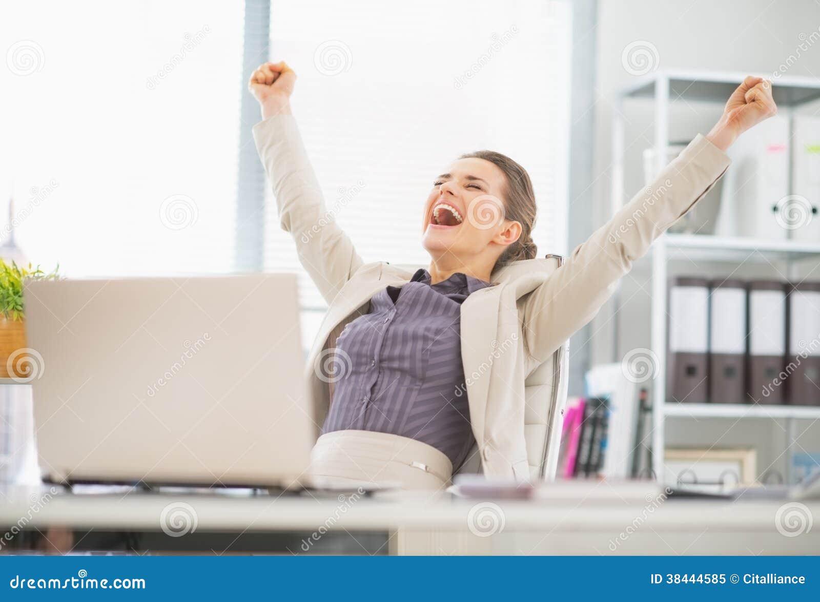 Mujer de negocios feliz en éxito del júbilo de la oficina
