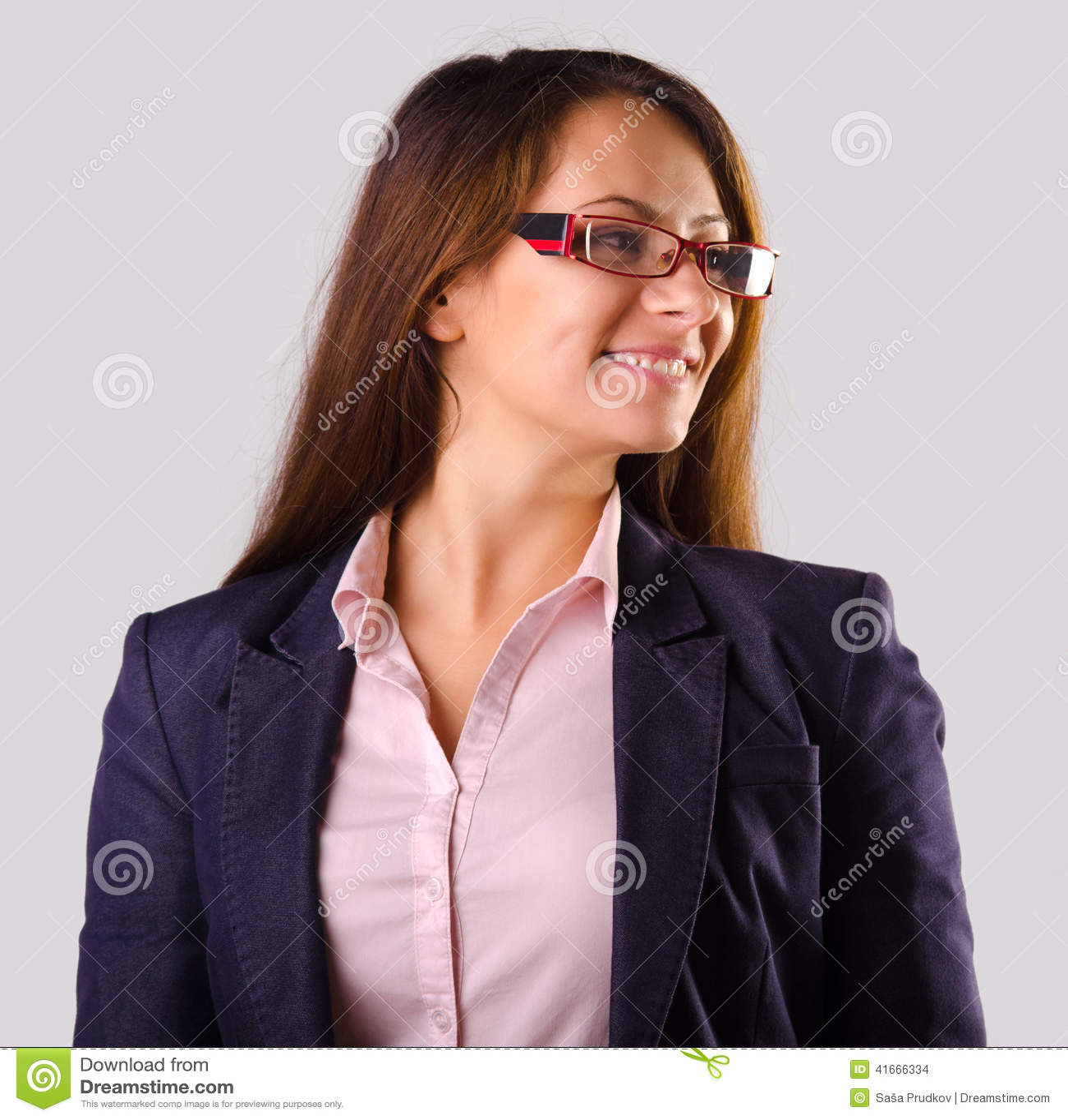 Mujer de negocios hermosa con los vidrios aislados en gris