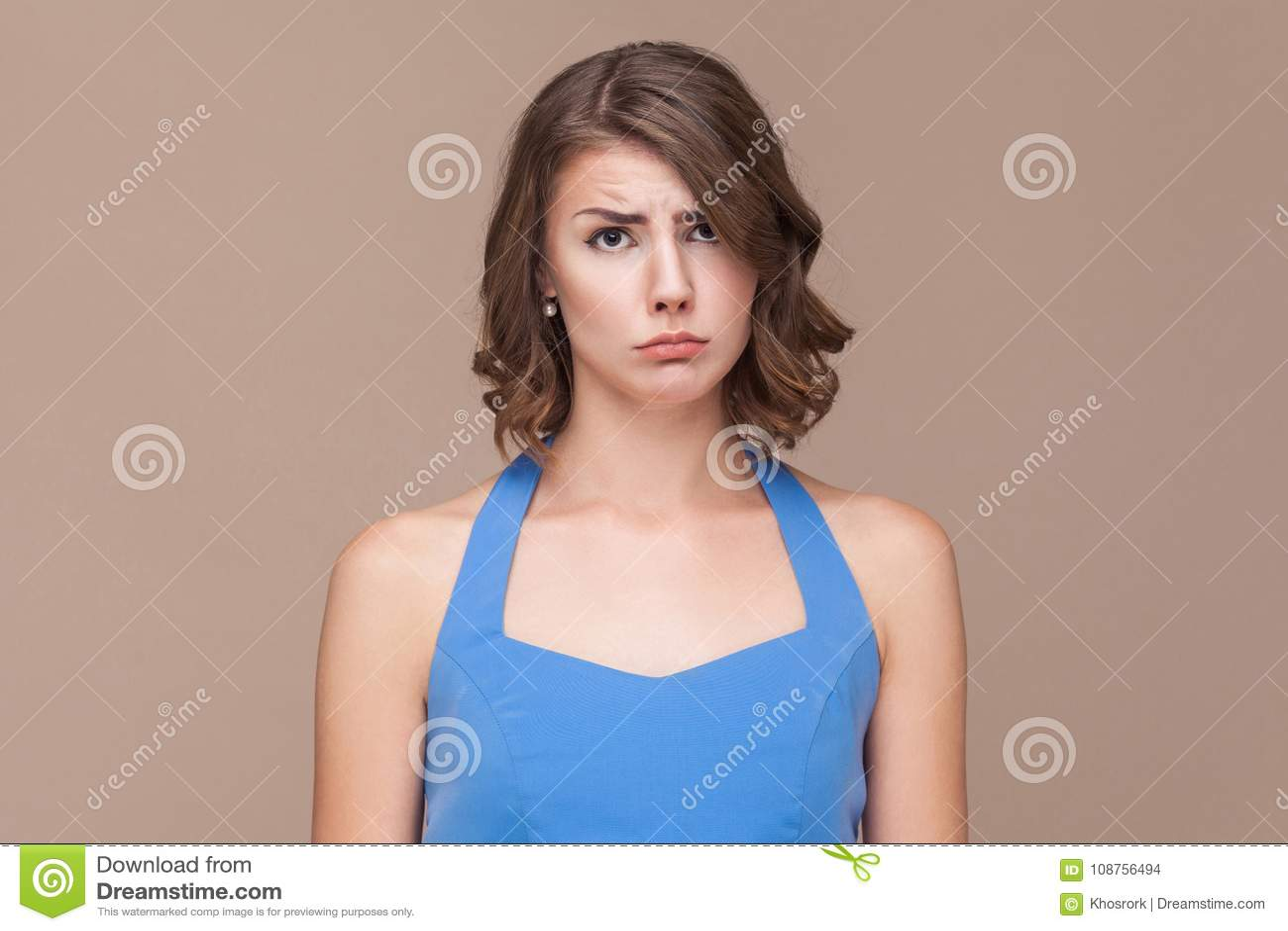 Mujer de negocios infeliz que mira la cámara y el grito