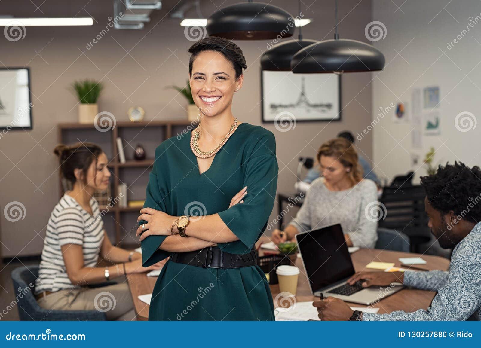 Mujer de negocios joven acertada