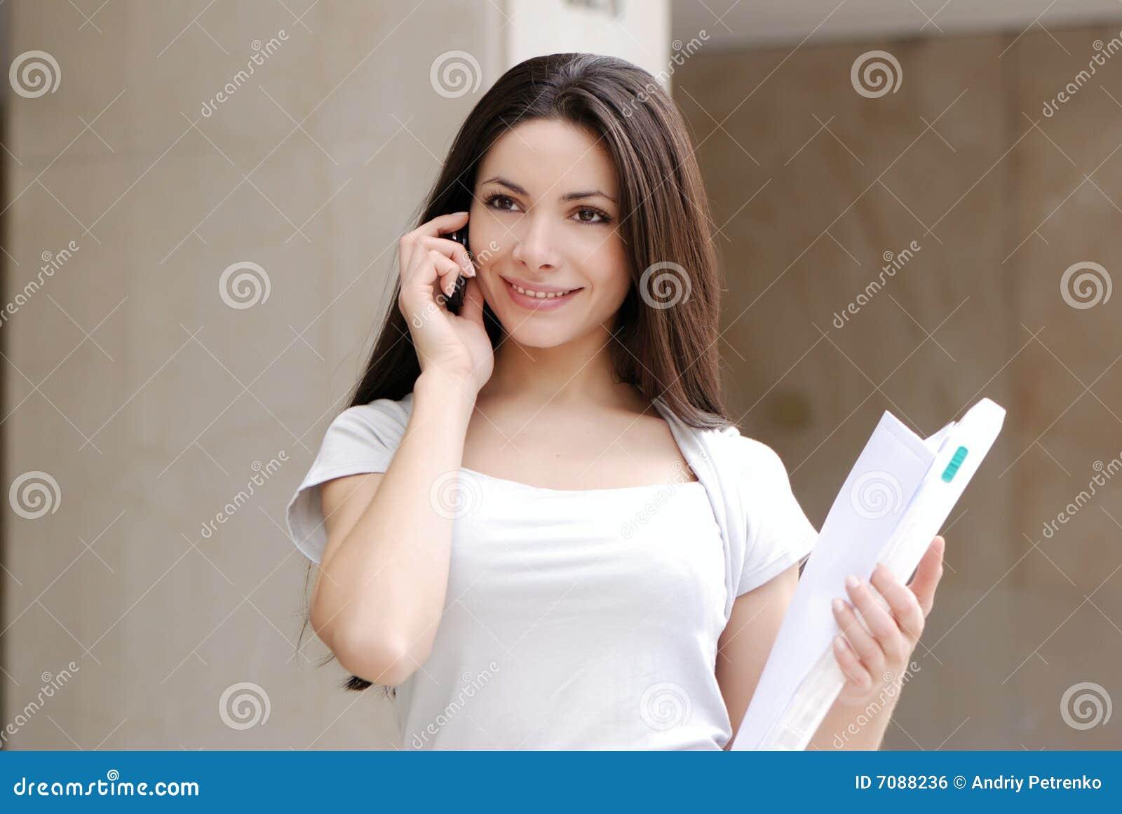Mujer de negocios joven hermosa con el movil