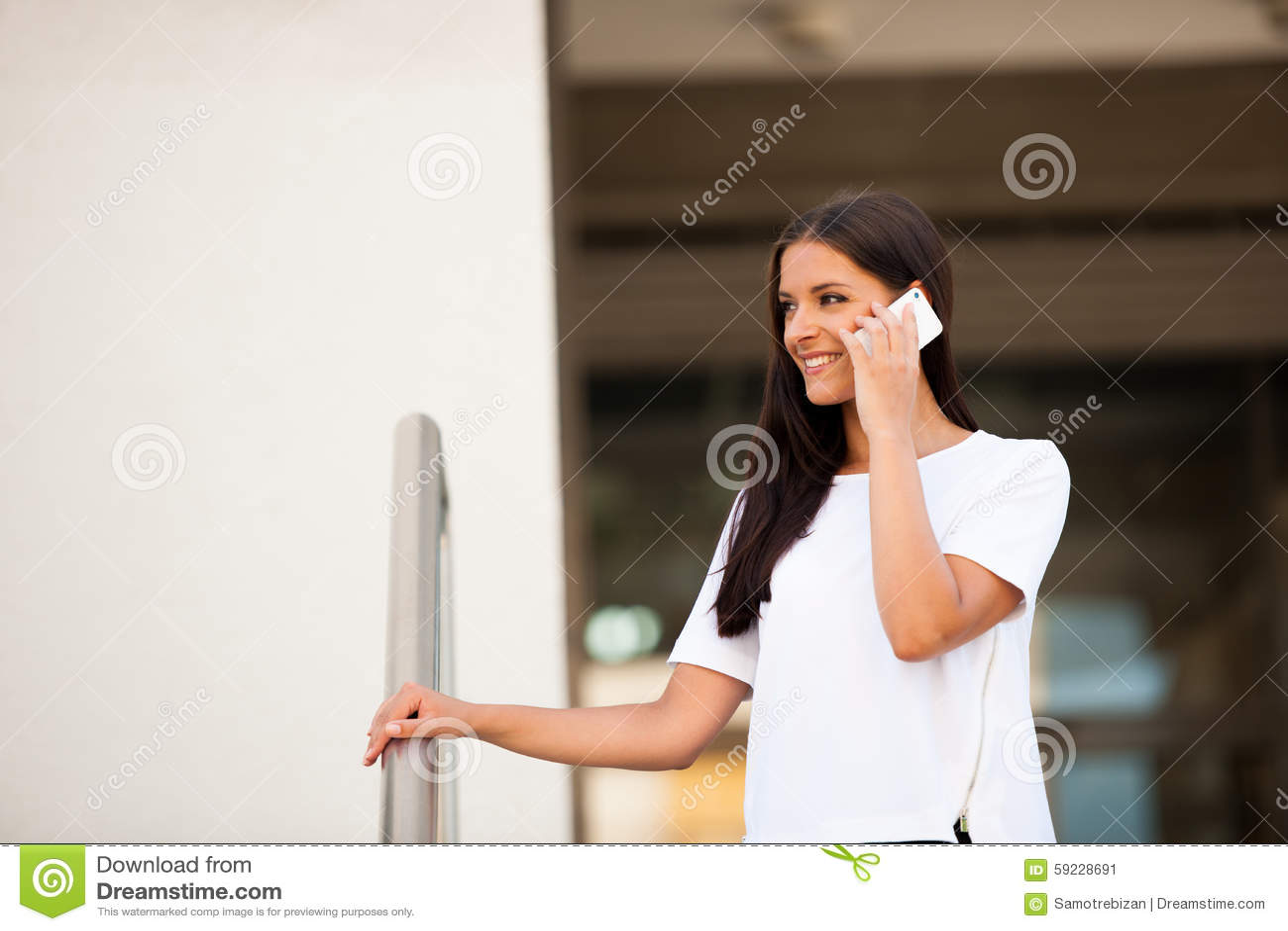 Download Mujer De Negocios Joven Hermosa Que Camina En La Calle Y El Talkin En S Imagen de archivo - Imagen de persona, ciudad: 59228691