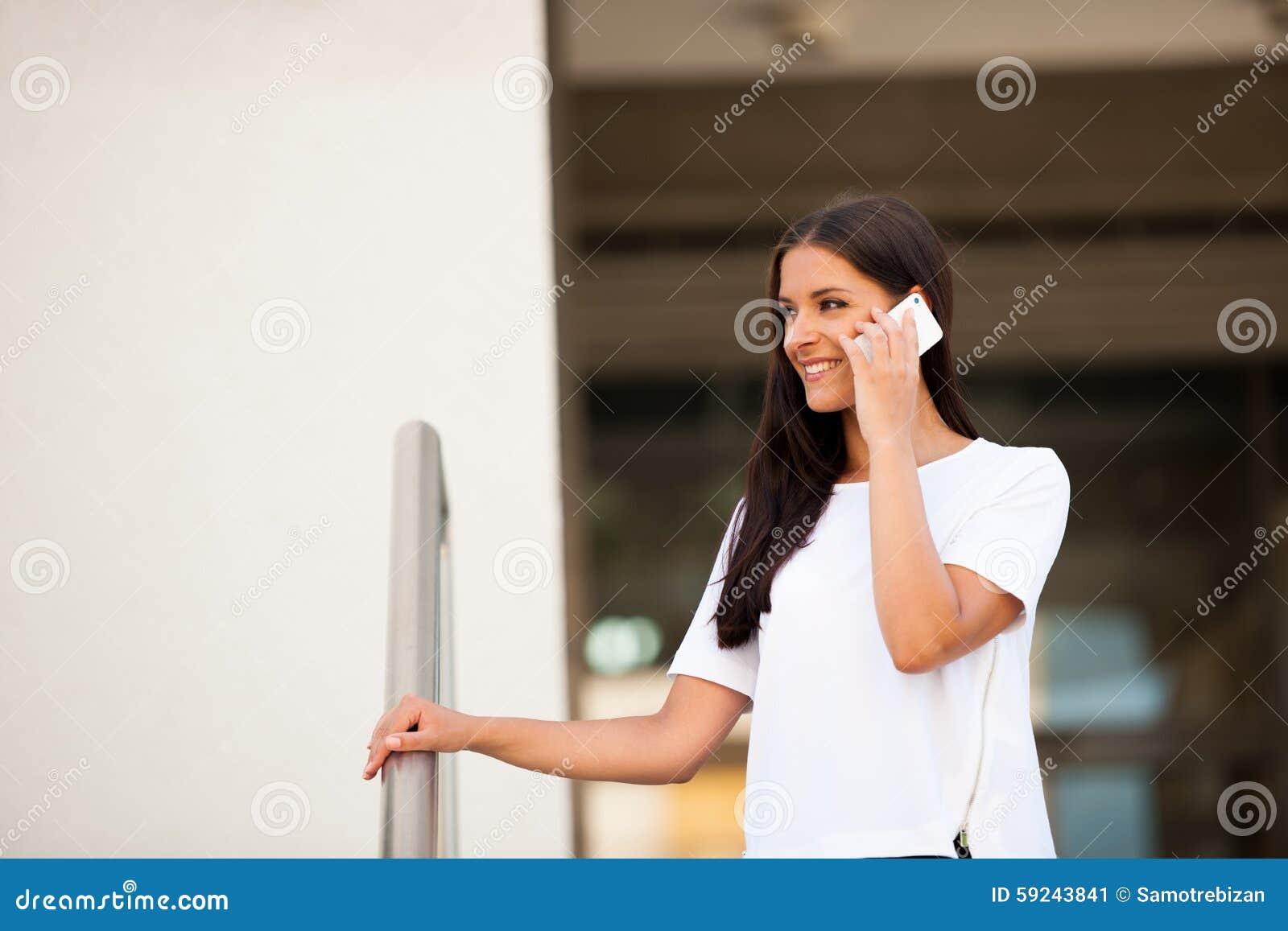 Download Mujer De Negocios Joven Hermosa Que Camina En La Calle Y El Talkin En S Imagen de archivo - Imagen de afuera, ciudad: 59243841