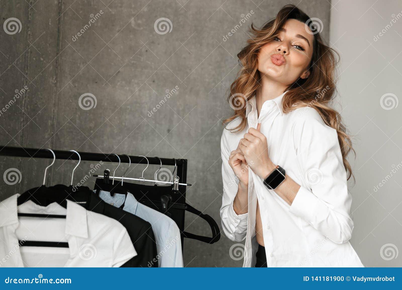 21568942cbdf Mujer De Negocios Joven Hermosa Vestida En Camisa Formal De La Ropa ...