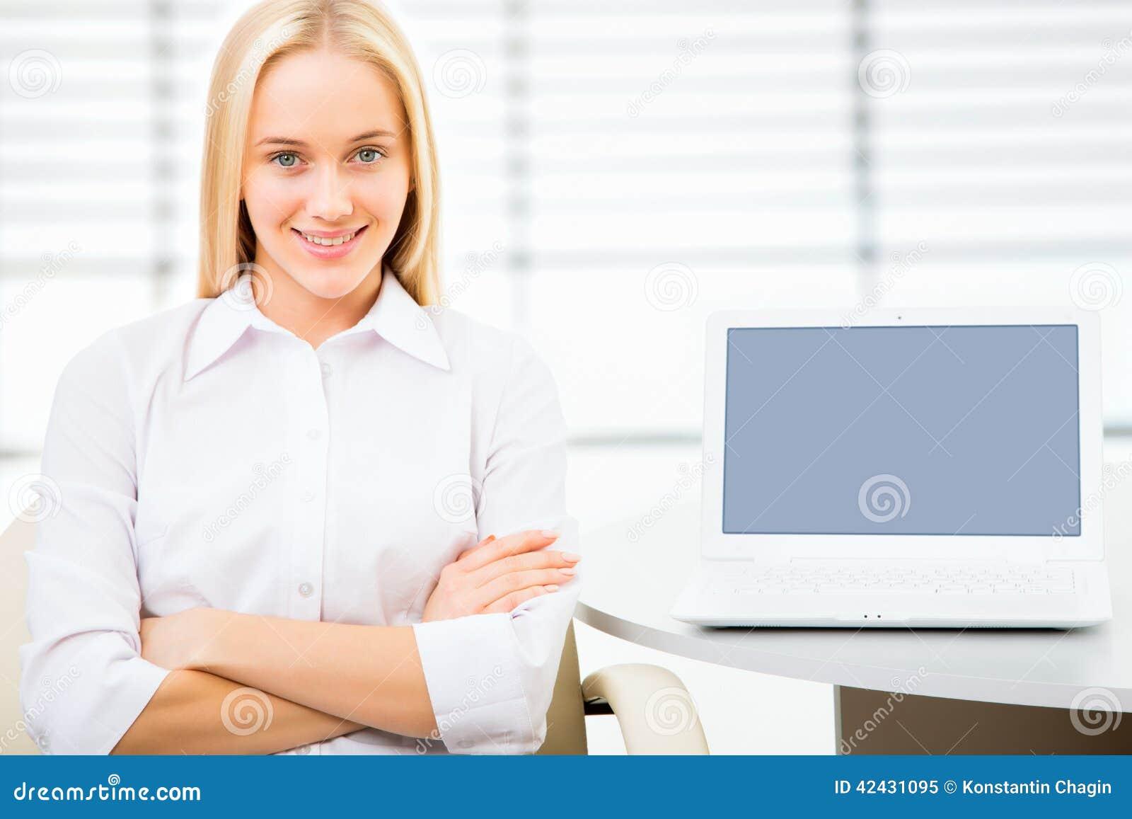 Mujer de negocios joven que usa la computadora portátil