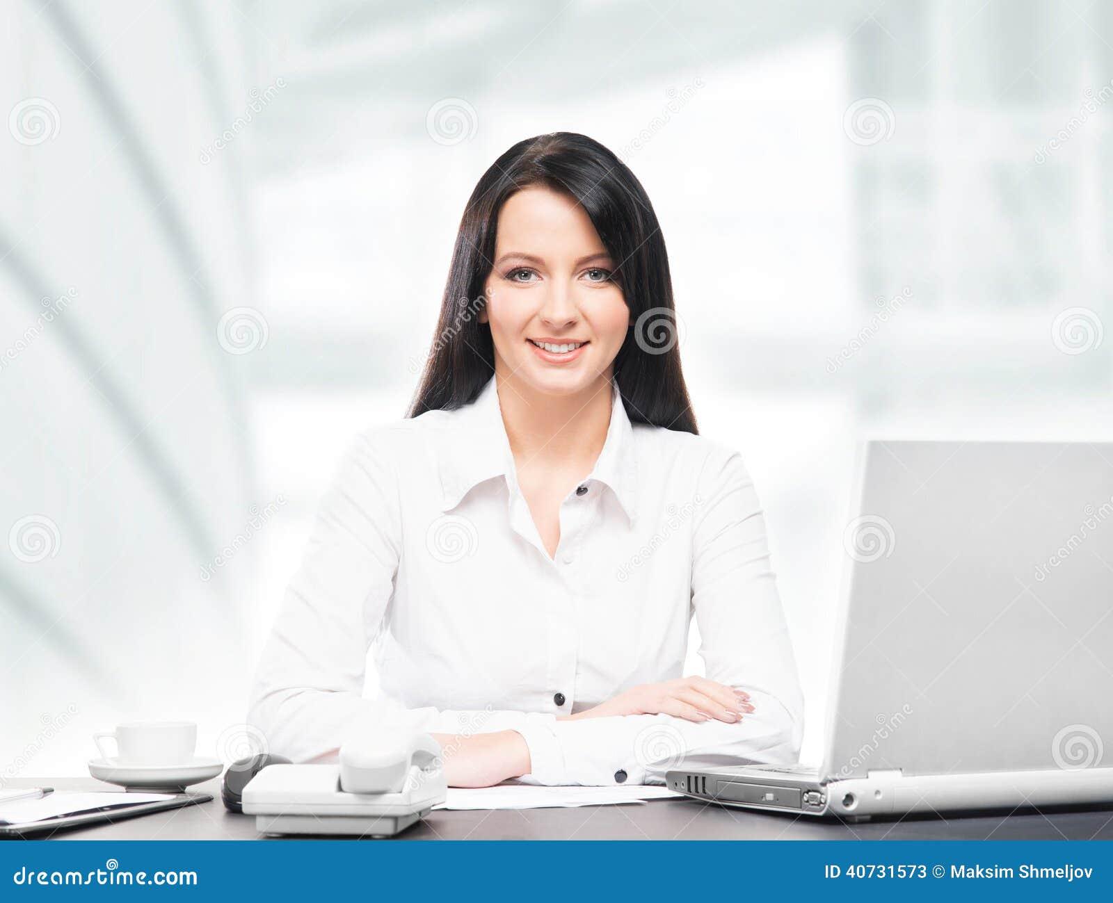 Mujer de negocios joven y atractiva que trabaja en oficina