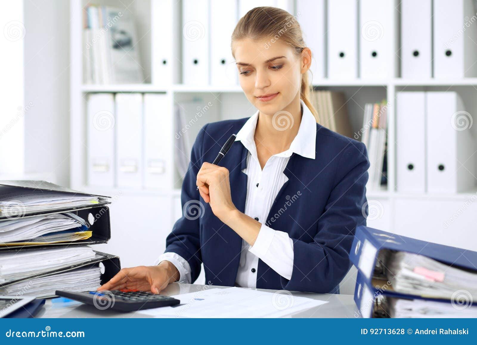 mujer de negocios moderna o contable de sexo femenino