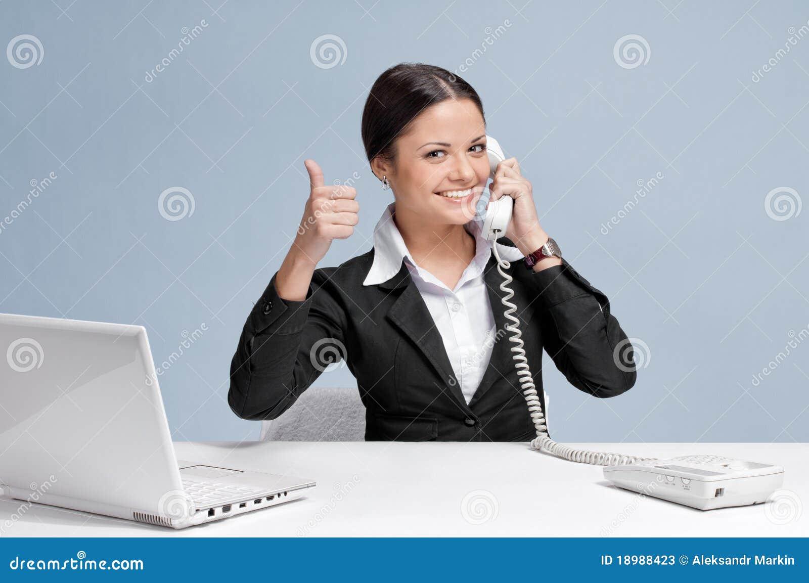 Mujer de negocios ocasional en oficina que habla por el for La oficina telefono