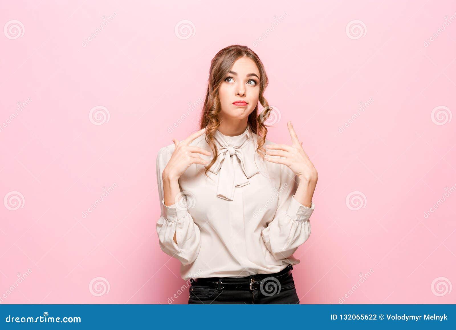 Mujer de negocios pensativa seria joven Concepto de la duda