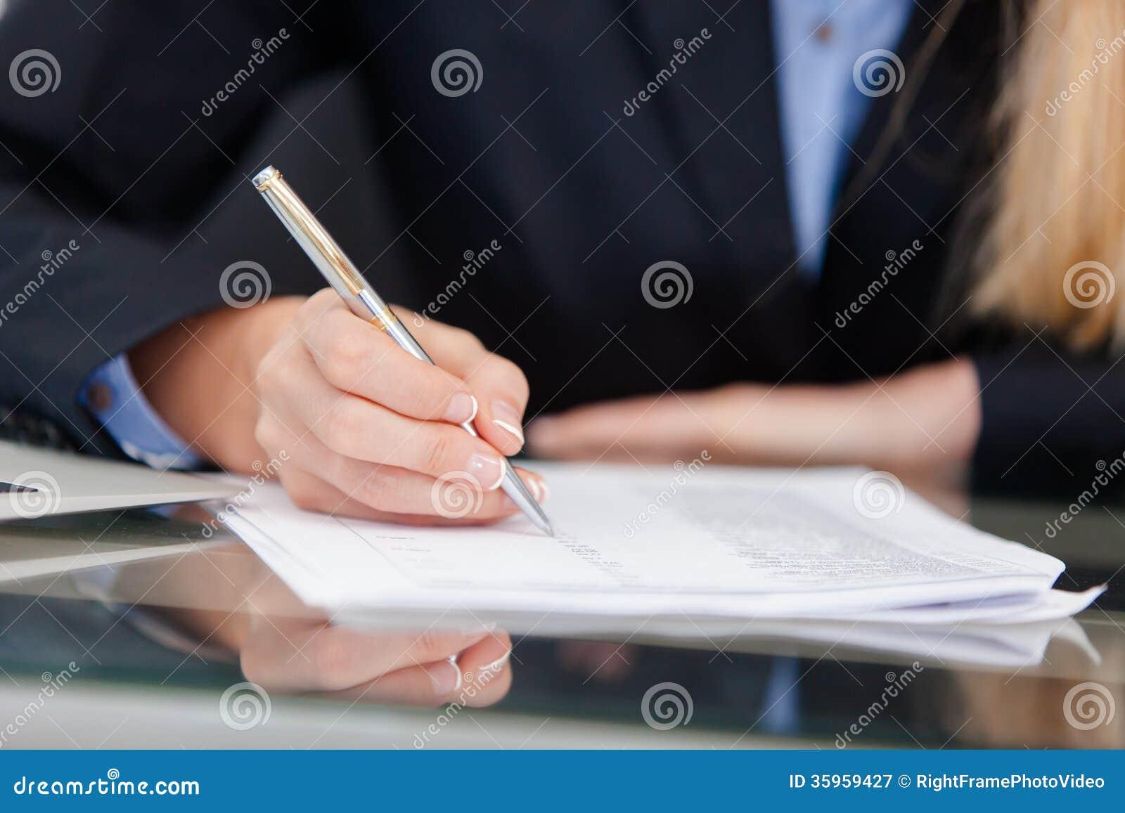 Mujer de negocios profesional joven que trabaja en el escritorio