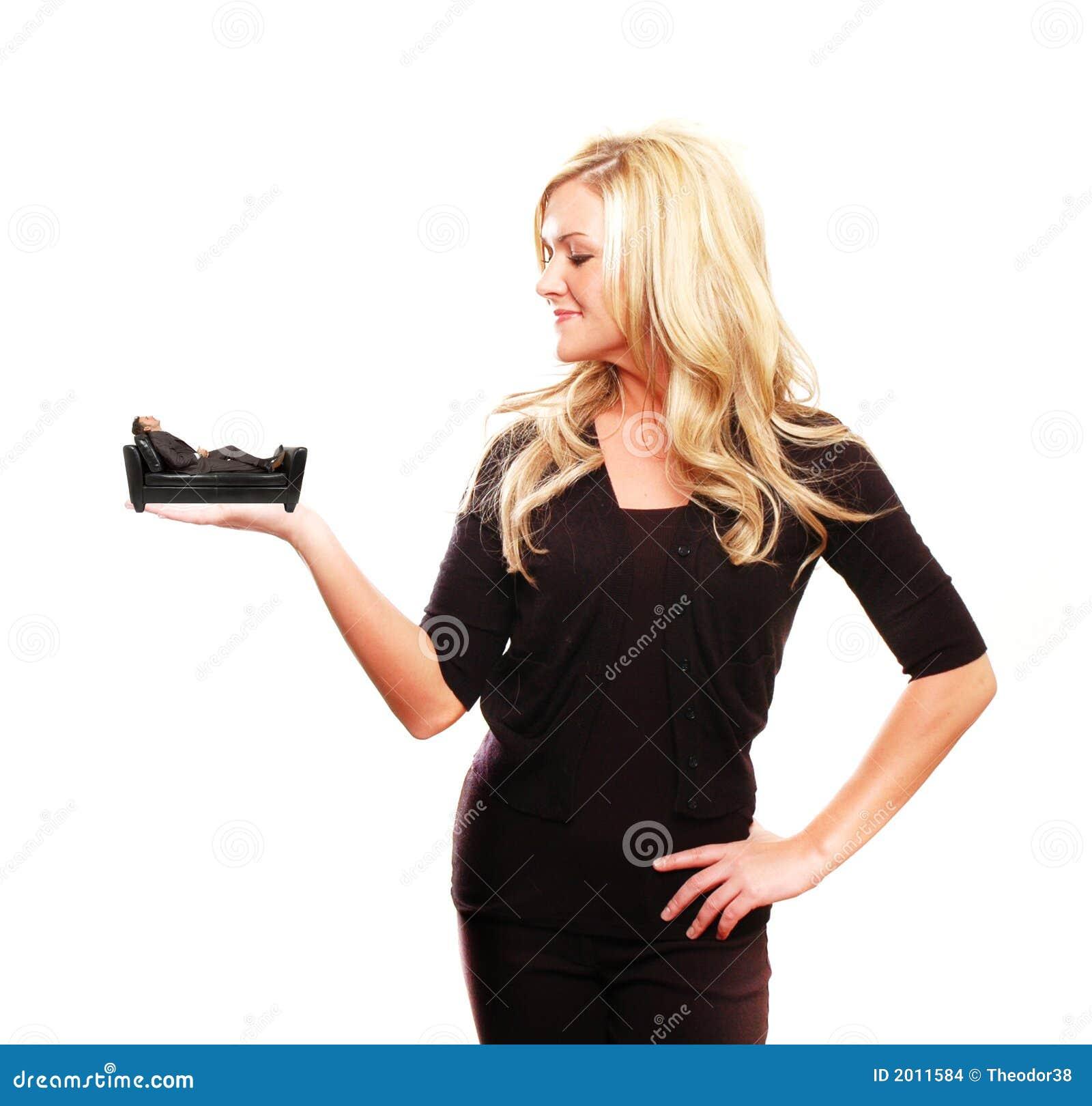 Mujer de negocios que detiene a un hombre de negocios