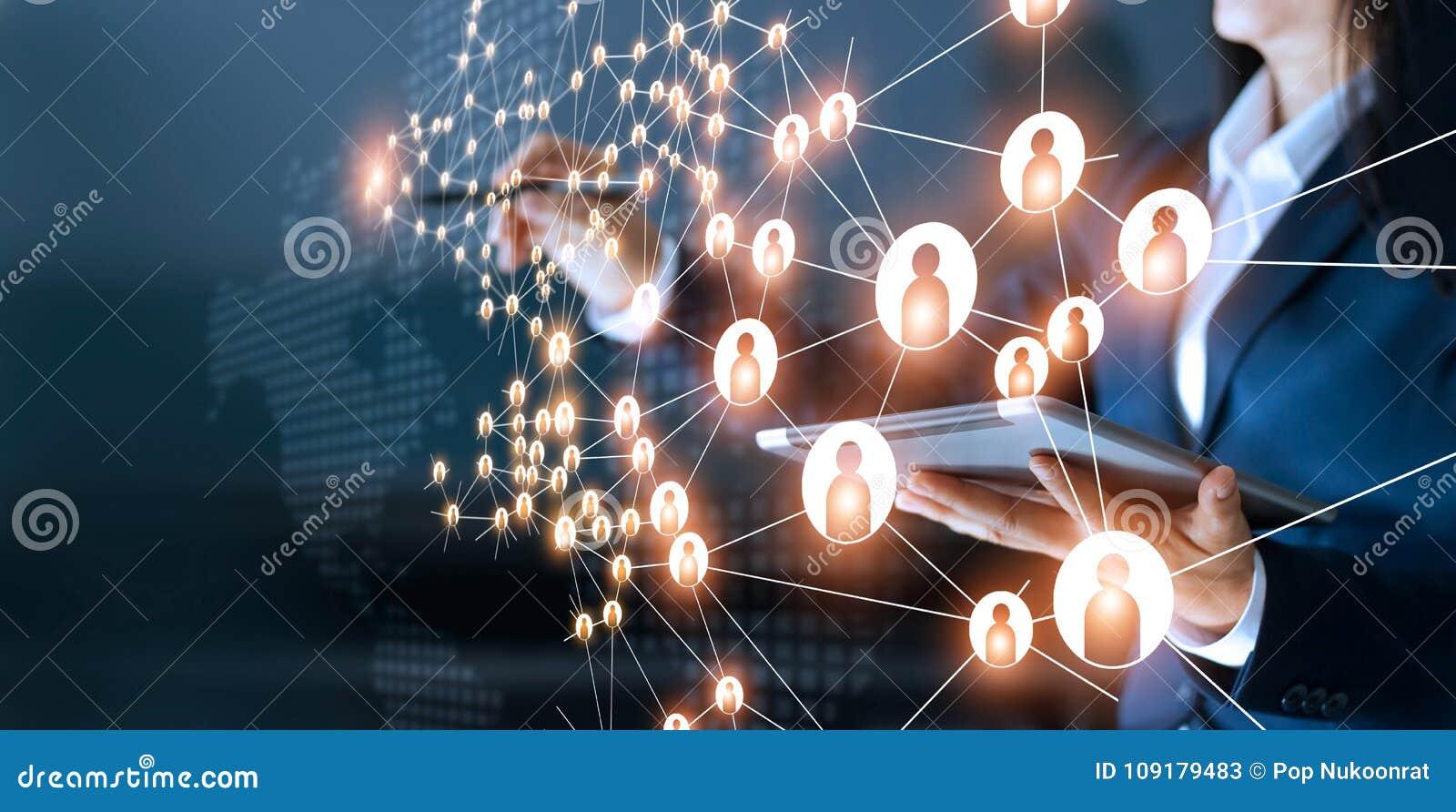 Mujer de negocios que dibuja establecimiento de una red global de la estructura