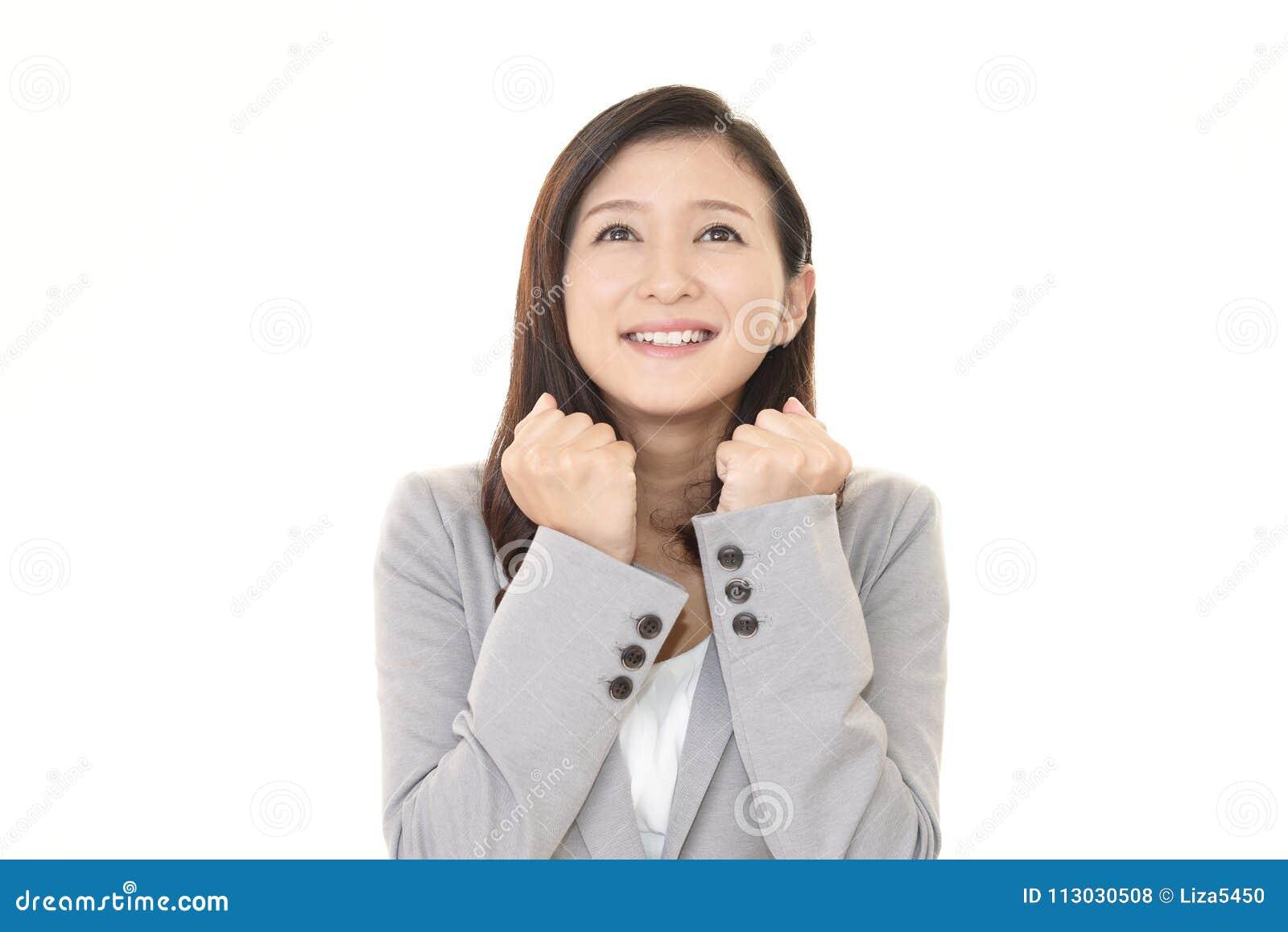 Mujer de negocios que disfruta de éxito