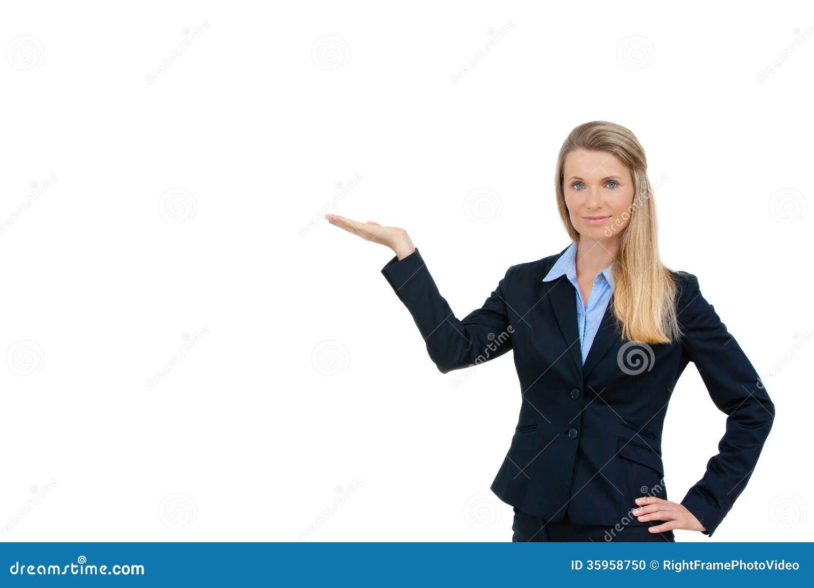 Mujer de negocios que muestra el espacio blanco de la copia