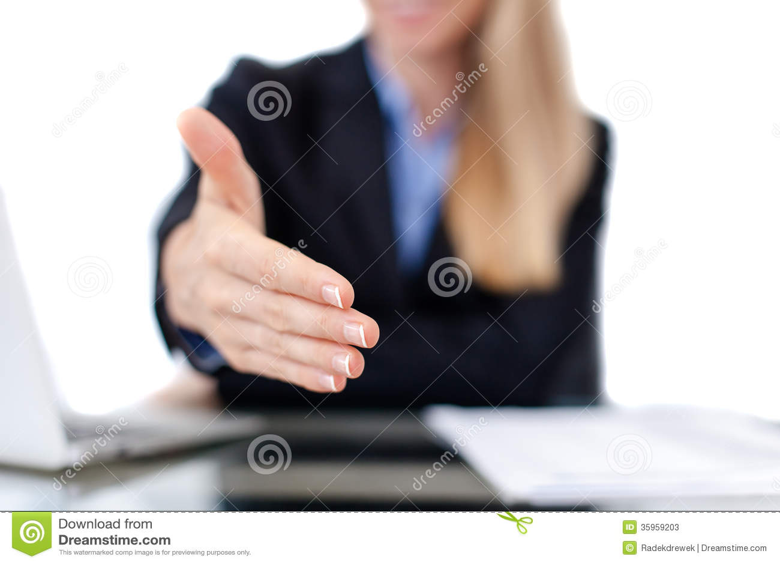 Mujer de negocios que ofrece para el apretón de manos