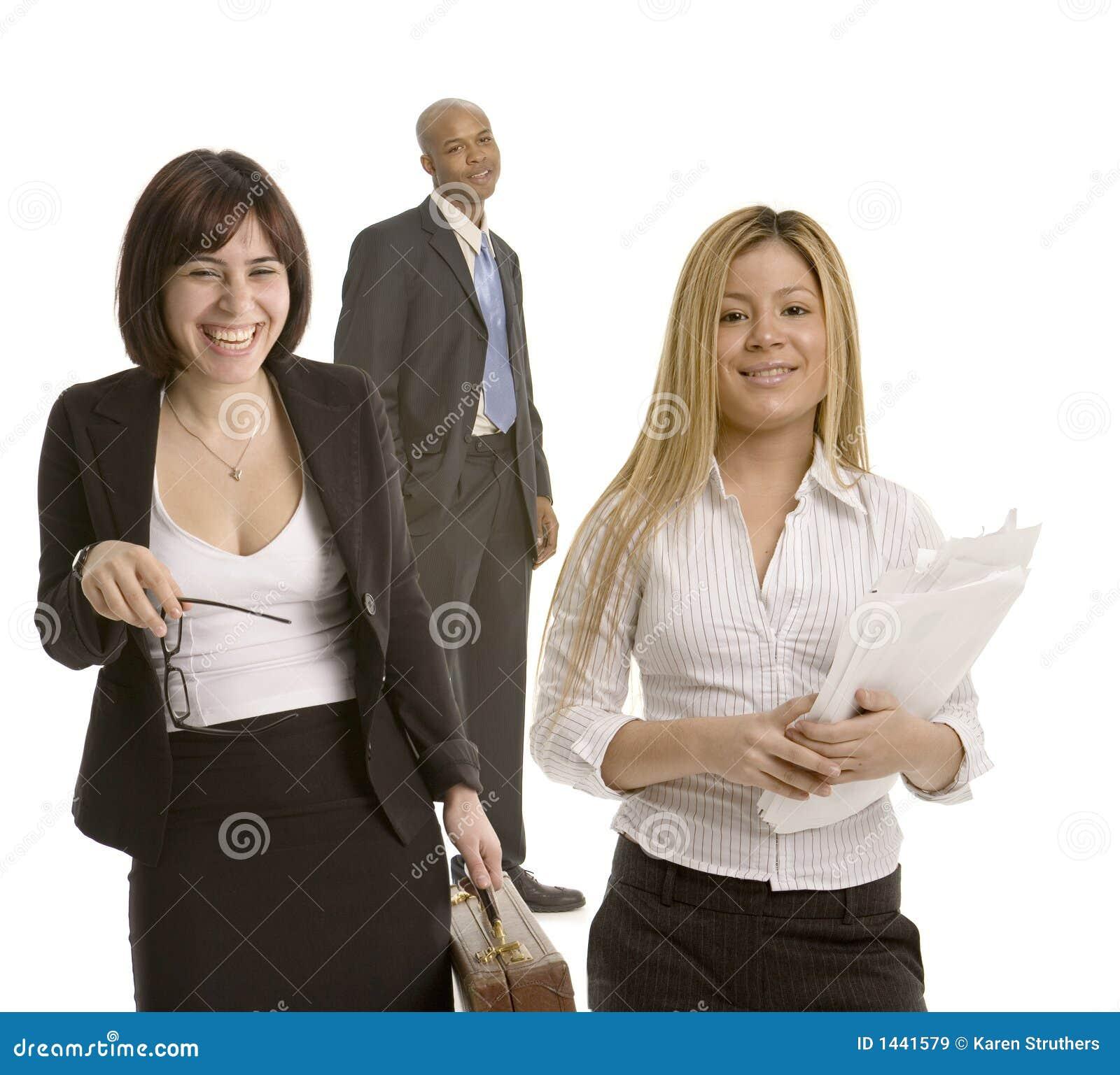 Mujer de negocios que ríe nerviosamente con los colegas
