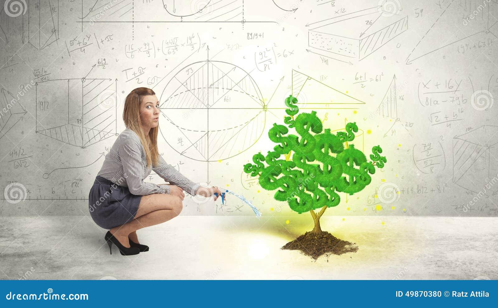 Mujer de negocios que riega un árbol verde creciente de la muestra de dólar