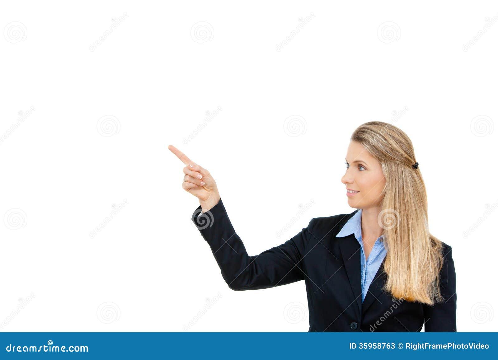 Mujer de negocios que señala el espacio blanco de la copia