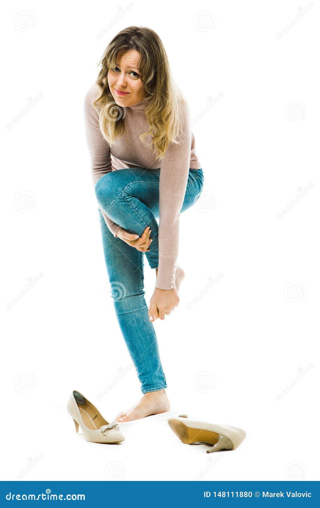 Mujer de negocios que tiene tacones altos incómodos