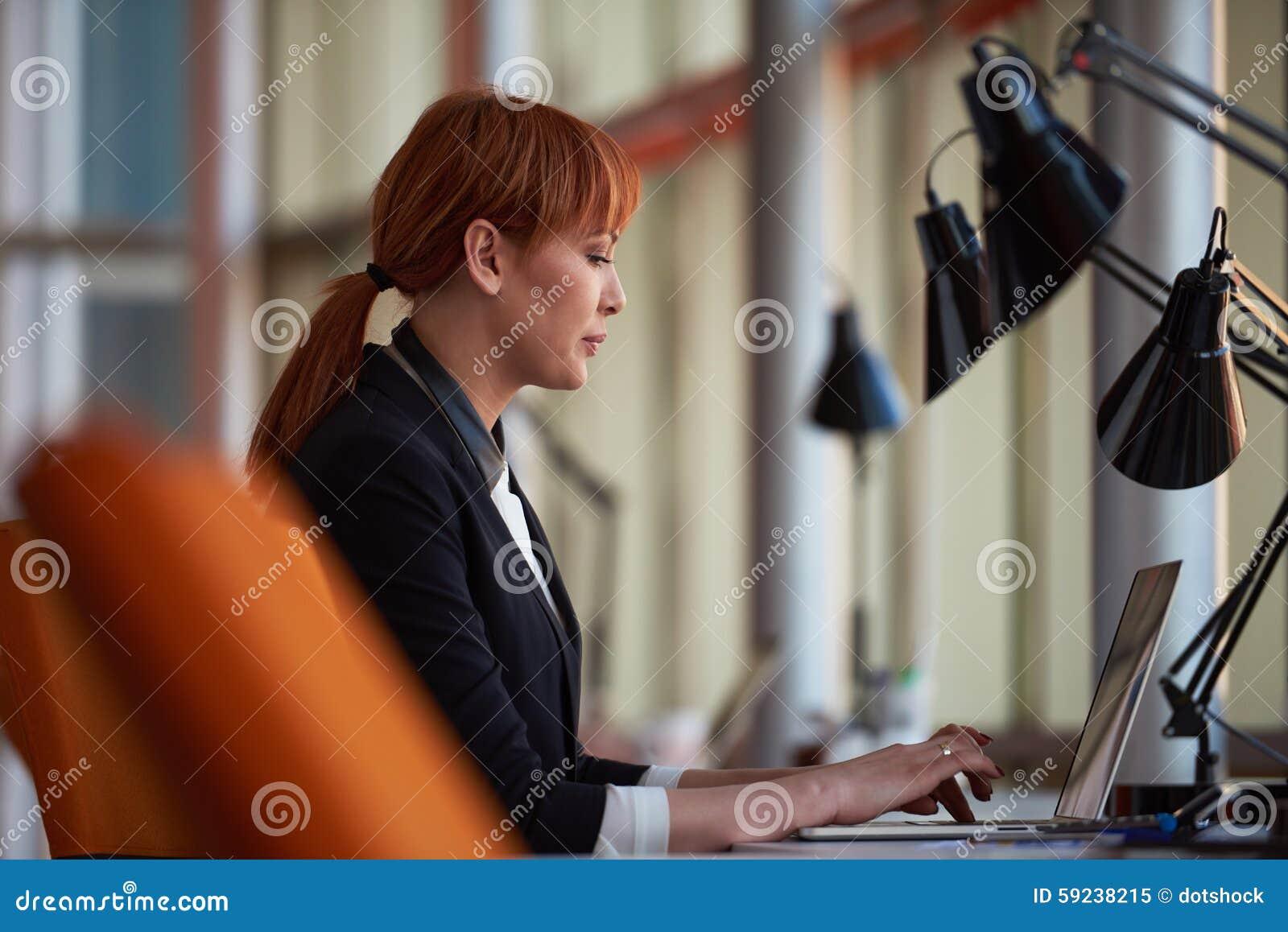 Download Mujer De Negocios Que Trabaja En El Ordenador En La Oficina Imagen de archivo - Imagen de sentada, laptop: 59238215