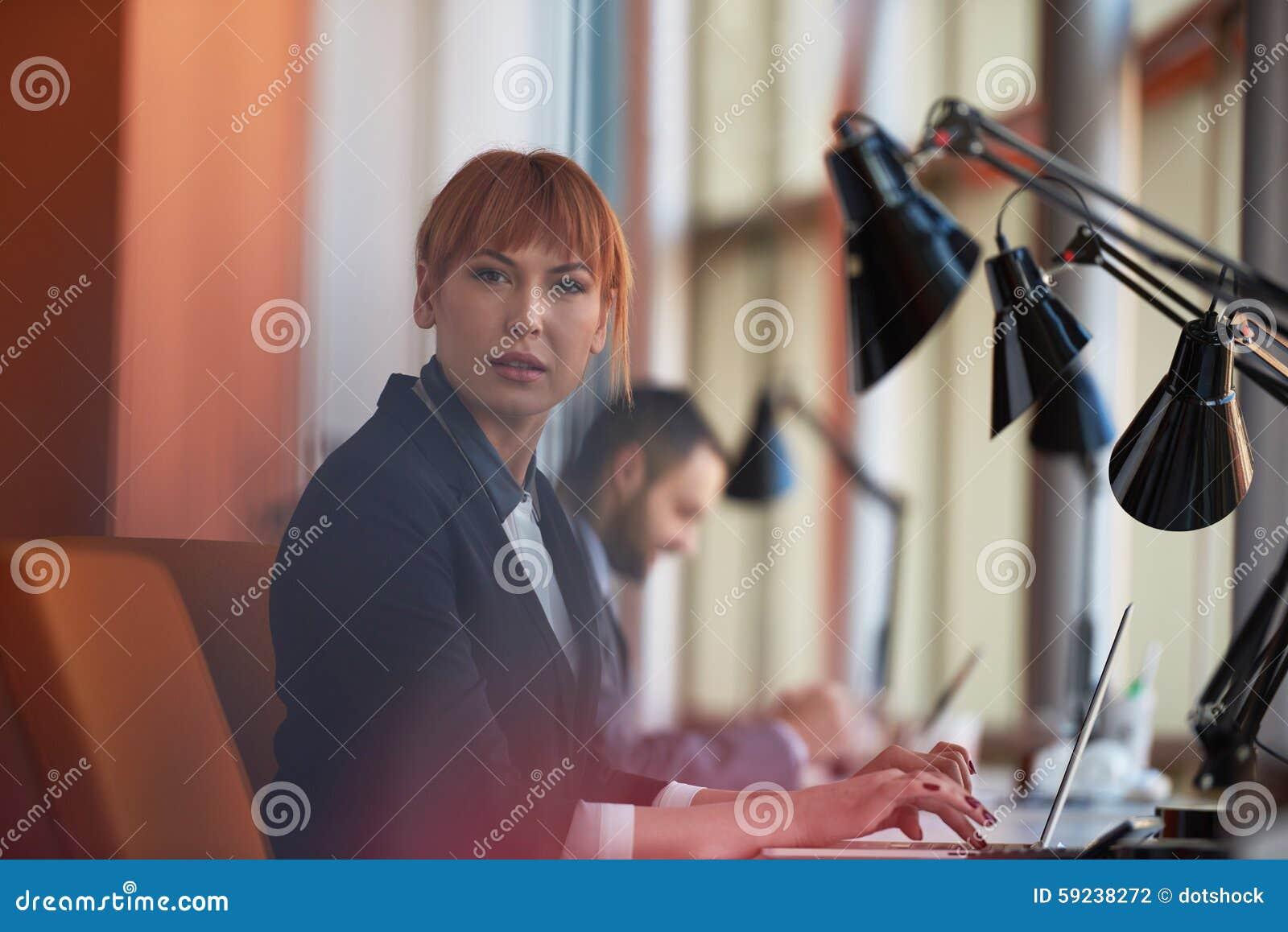 Download Mujer De Negocios Que Trabaja En El Ordenador En La Oficina Foto de archivo - Imagen de encargado, adulto: 59238272