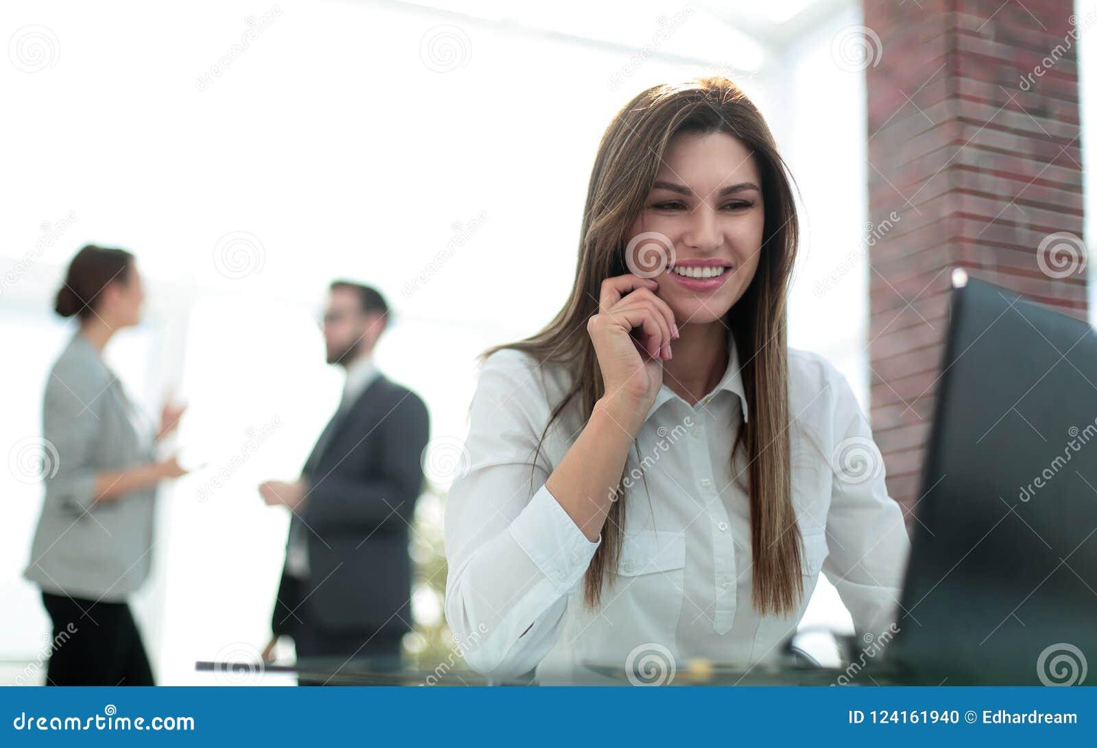 Mujer de negocios que trabaja en el ordenador portátil en oficina