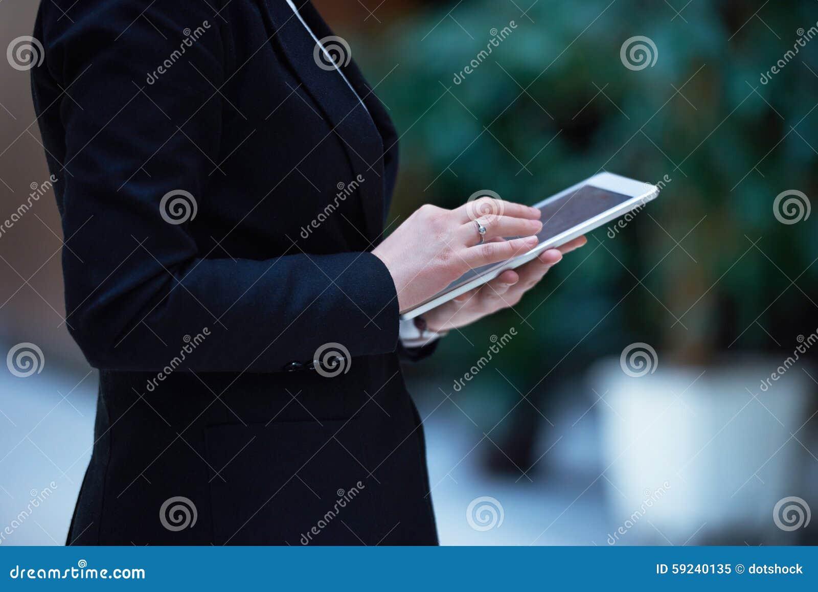Download Mujer De Negocios Que Trabaja En La Tableta Imagen de archivo - Imagen de internet, corporativo: 59240135