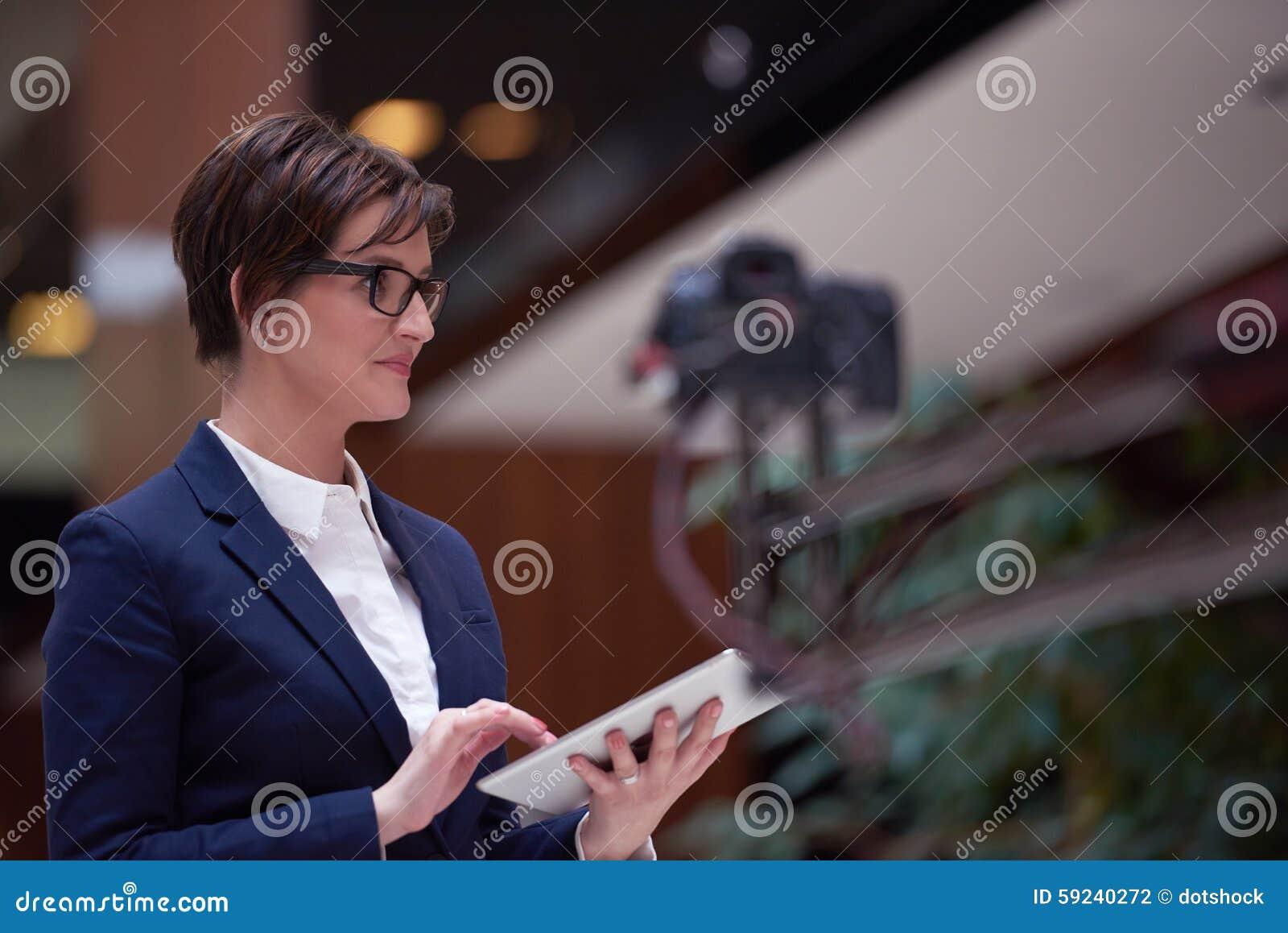 Download Mujer De Negocios Que Trabaja En La Tableta Foto de archivo - Imagen de lifestyle, información: 59240272