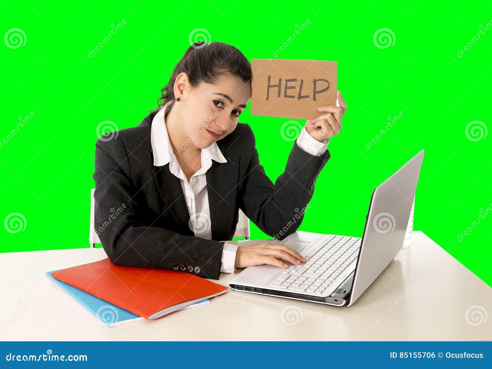 Mujer de negocios que trabaja en su ordenador portátil que lleva a cabo una muestra de la ayuda aislada en llave verde de la crom