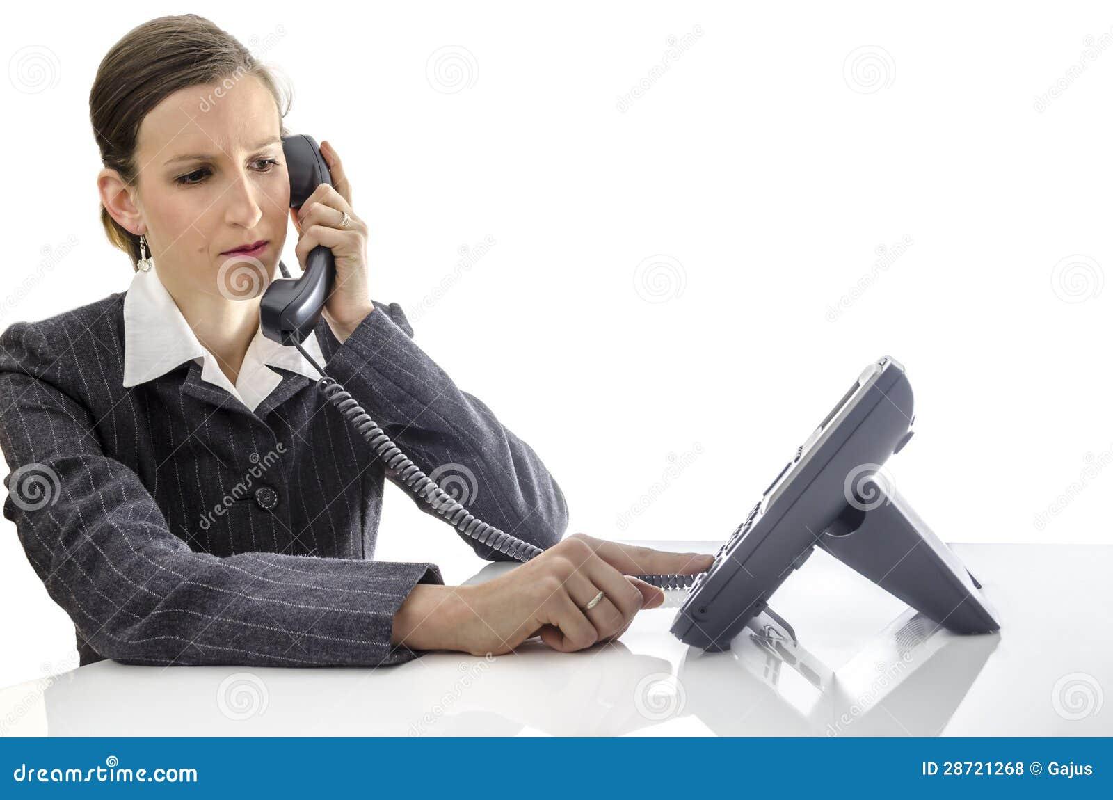 Mujer de negocios que usa un teléfono