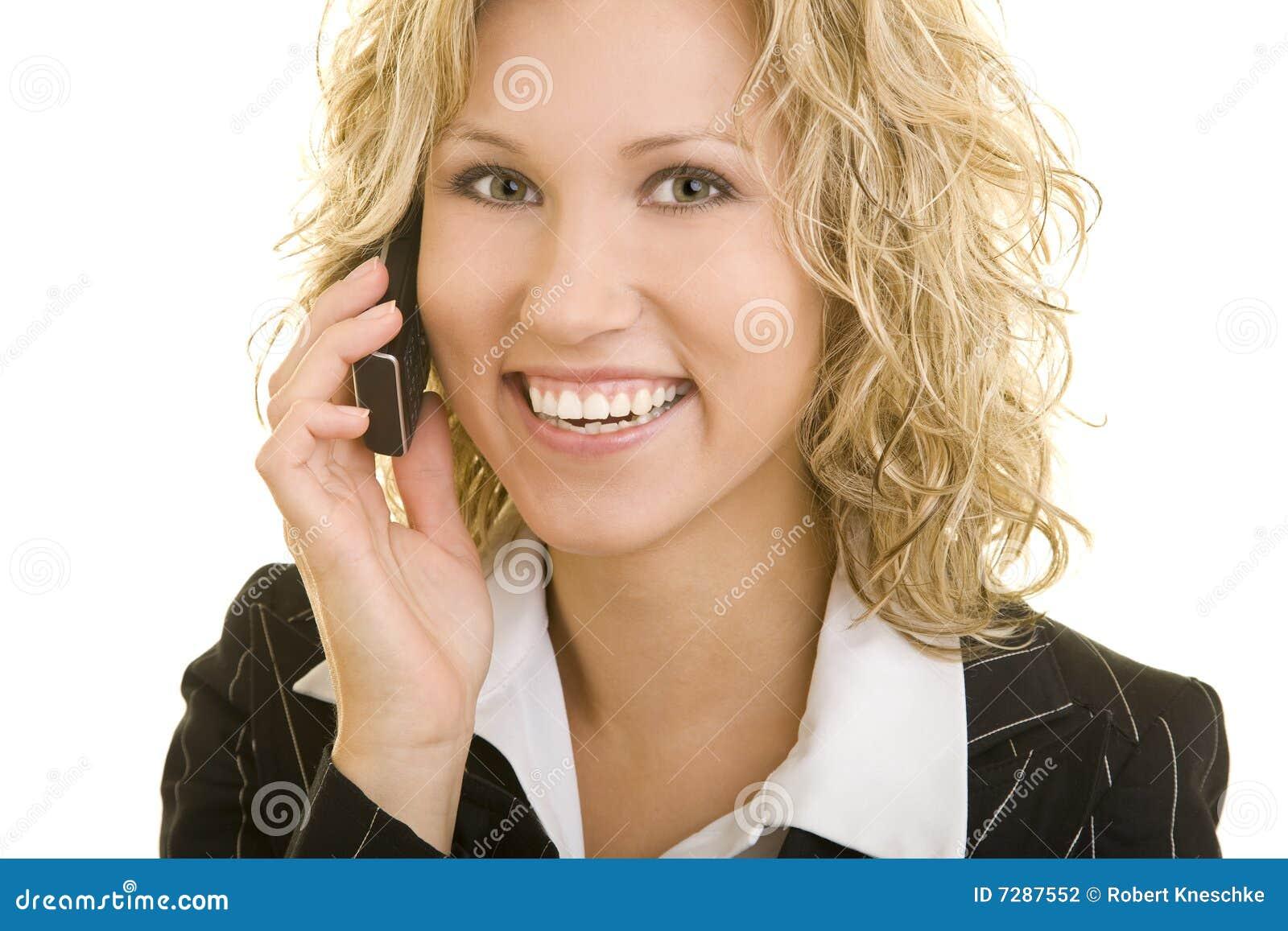Mujer de negocios sonriente en el teléfono