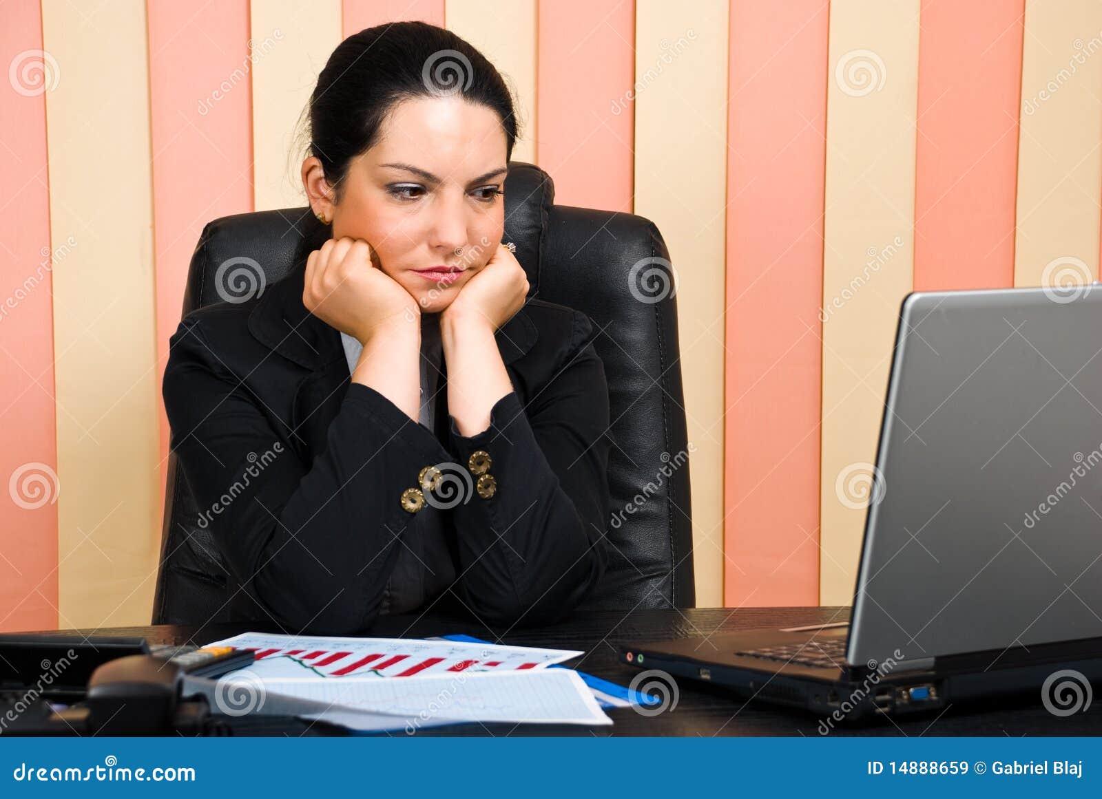 Mujer de negocios triste en oficina