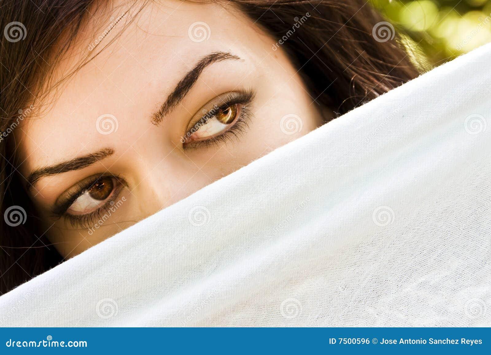 Mujer de ojos verdes curiosa