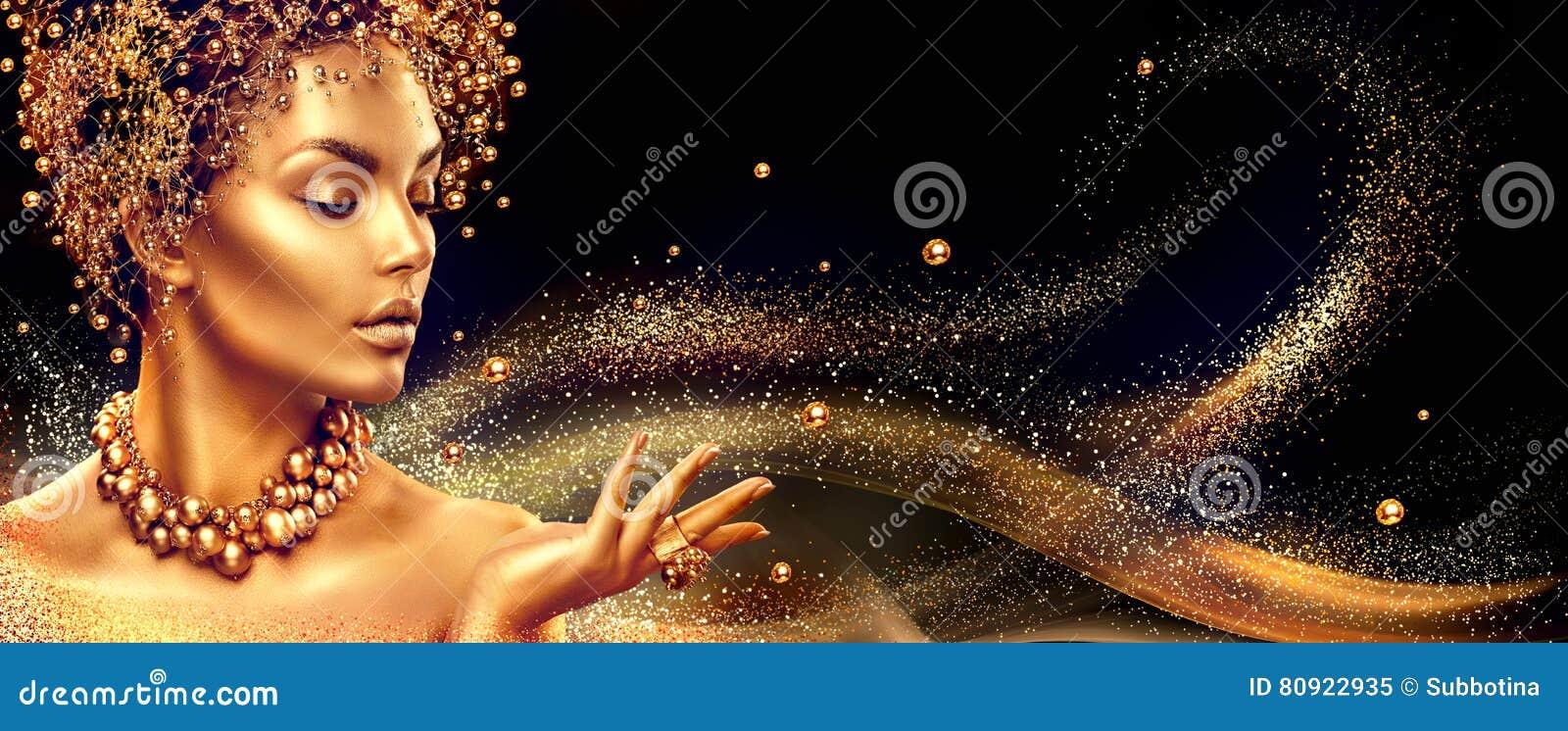 Mujer de oro La muchacha del modelo de moda de la belleza con de oro compone, pelo y joyería