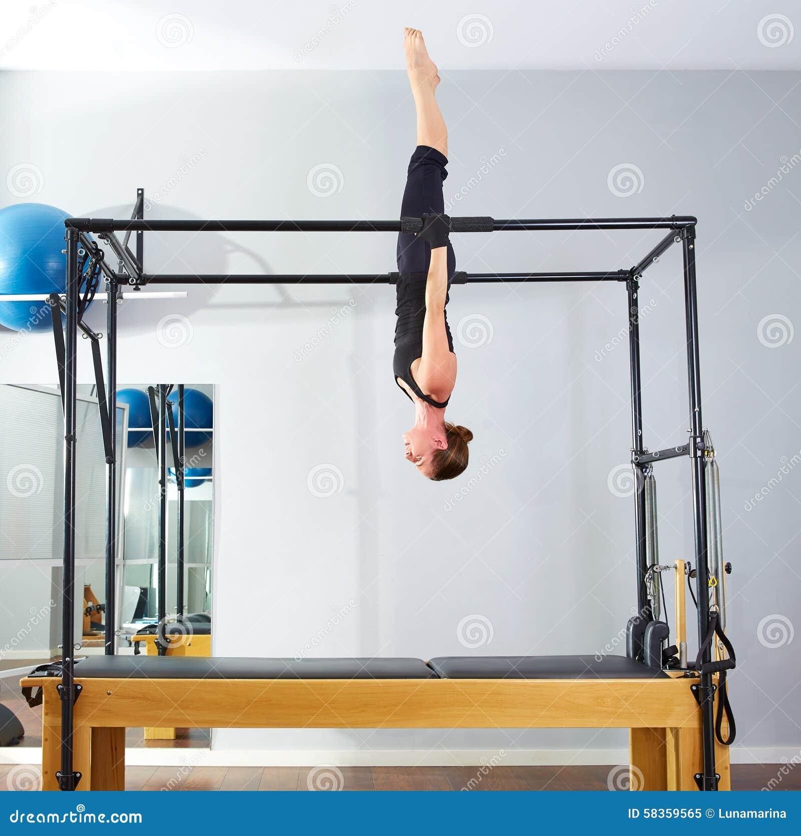 Mujer De Pilates En Al Revés Acrobático De Cadillac Imagen de ...