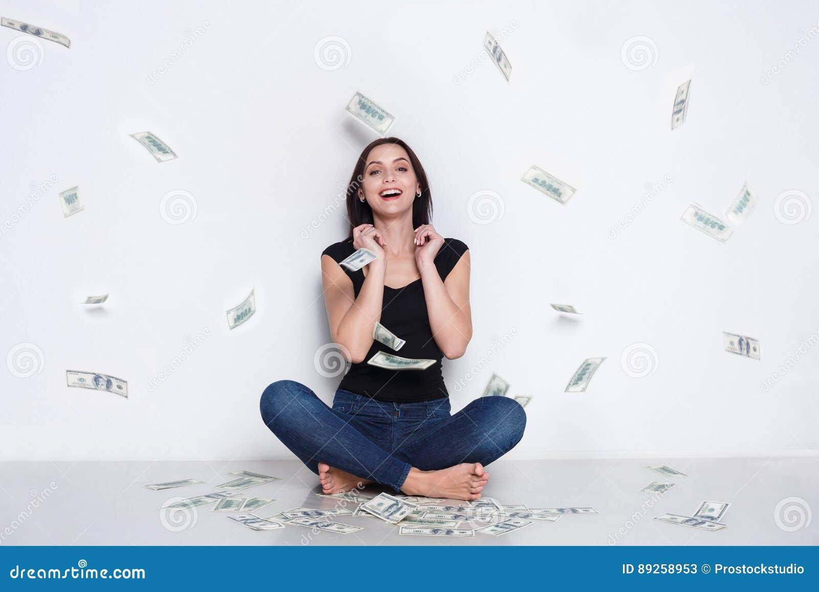 Mujer debajo de la lluvia del dinero, bote de la lotería, éxito